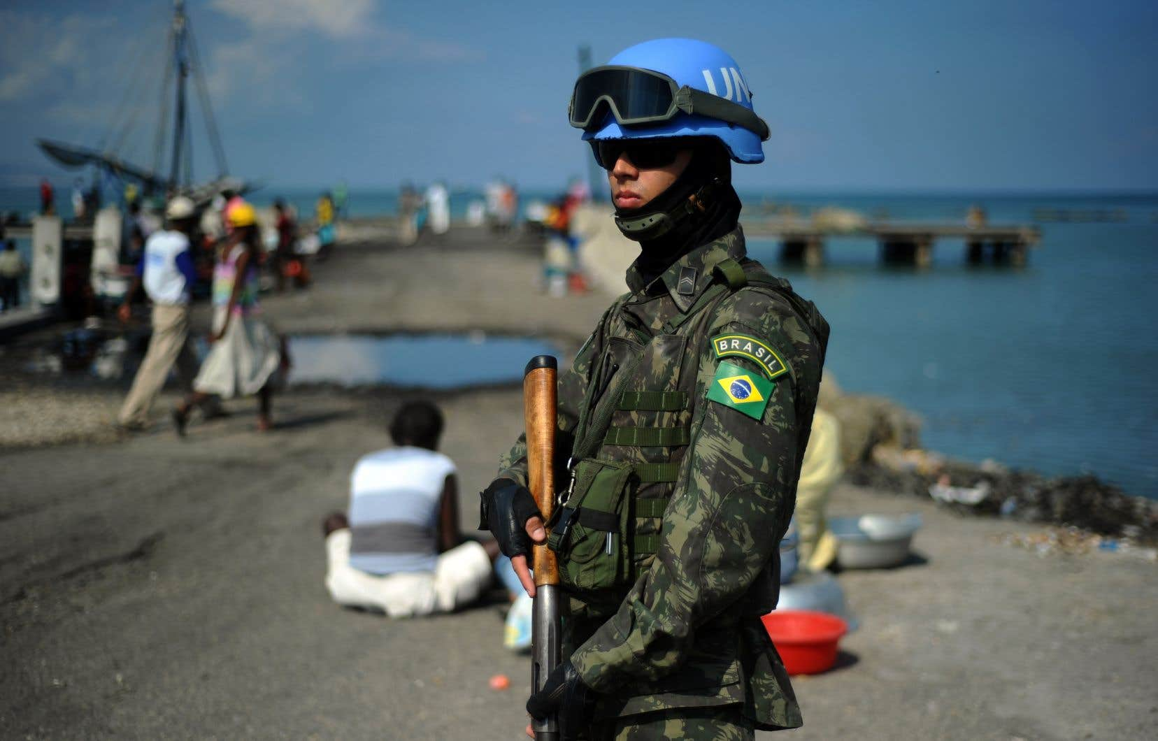 En mars 2014, un soldat brésilien du contingent de maintien de la paix de la MINUSTAH (Mission des Nations Unies pour la stabilisation en Haïti) patrouillant dans le bidonville de Cité Soleil à Port-au-Prince.