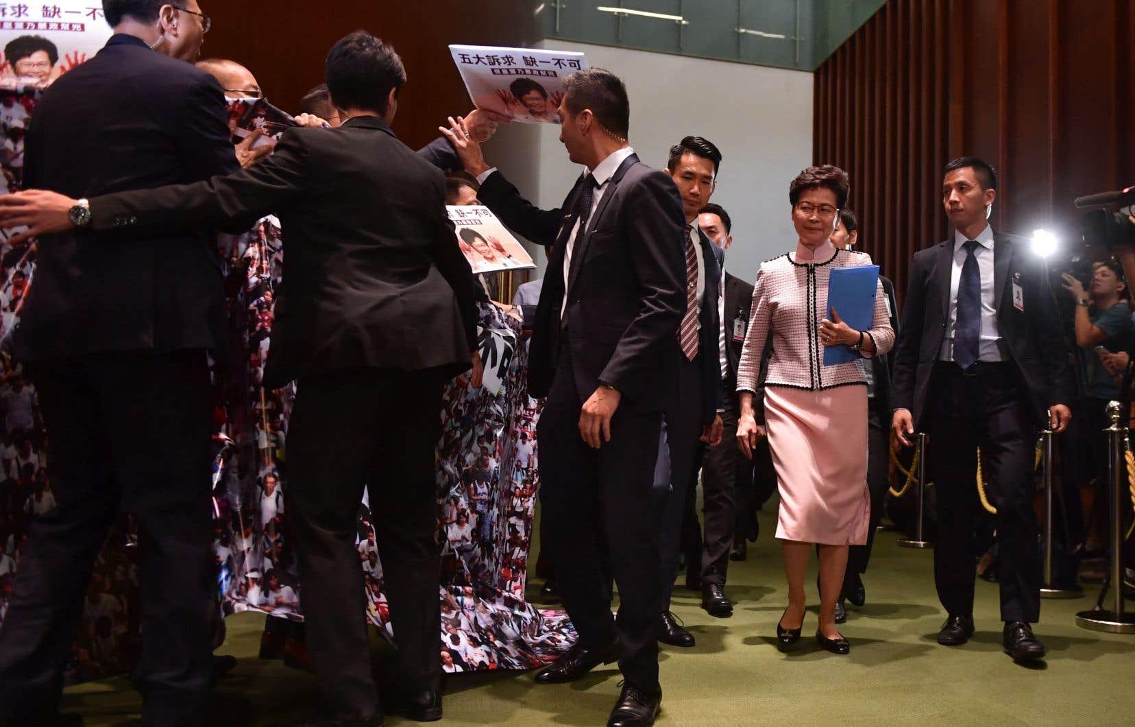 Après avoir échoué une seconde fois à prononcer son allocution, la dirigeante Carrie Lam a quitté le bâtiment en compagnie de sa garde rapprochée.