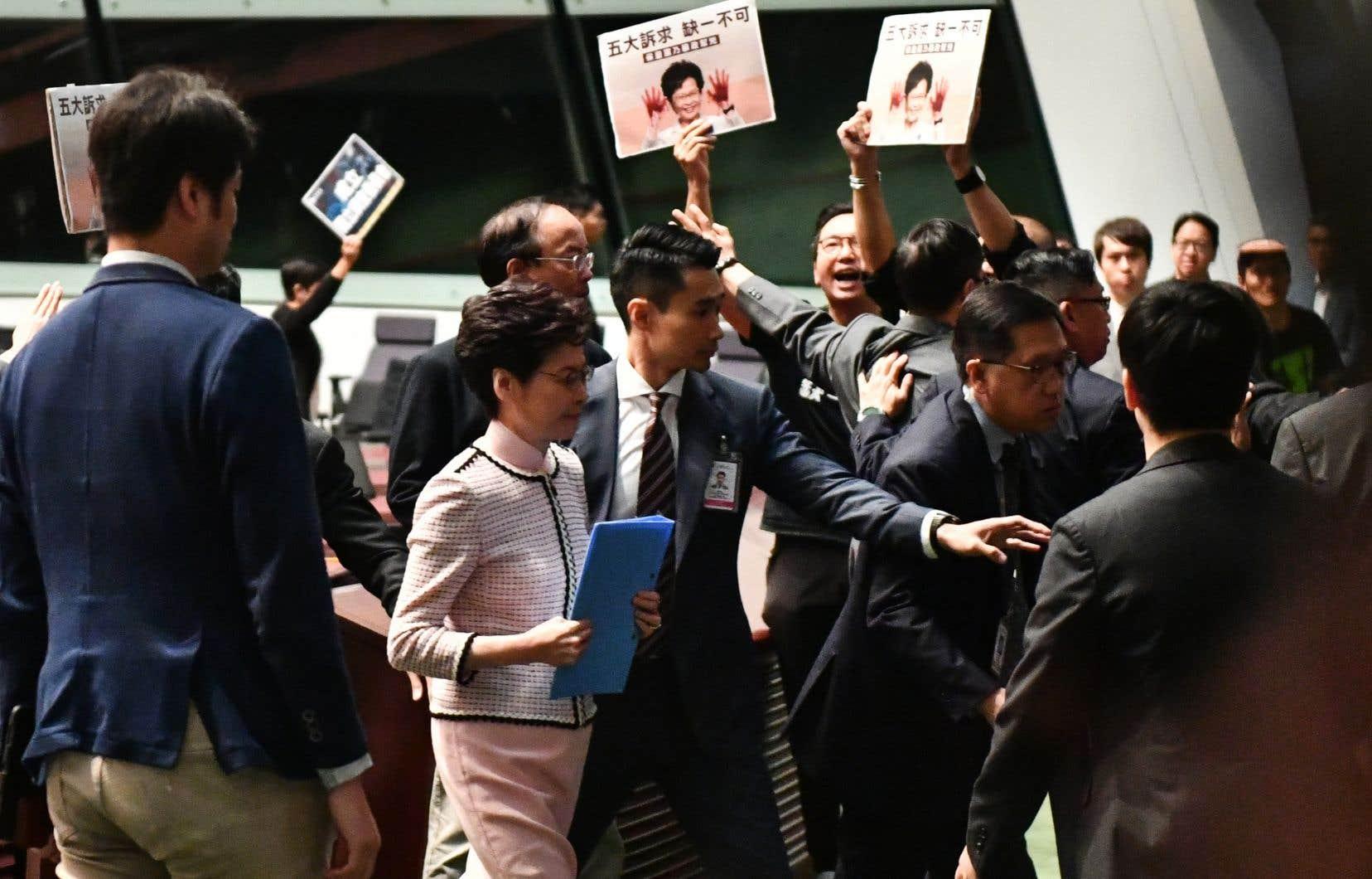La cheffe de l'exécutif hongkongais Carrie Lam a été contrainte d'arrêter de prononcer son très attendu discours de politique générale.