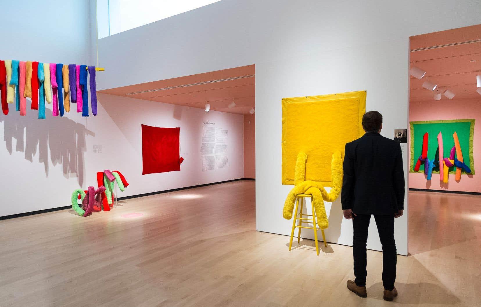 La rétrospective débute par plusieurs œuvres aux couleurs vives et réalisées en matières souples.