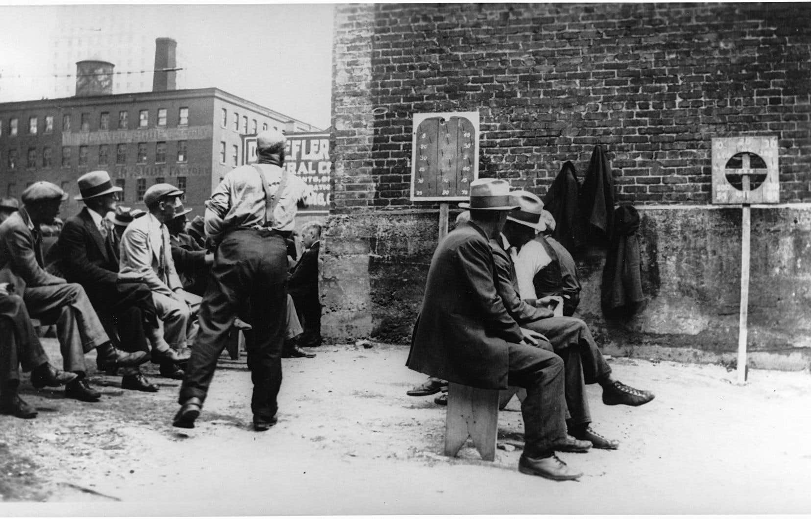 Un groupe de chômeurs jouant aux fers, vers 1935. Lors de  la crise économique  des années 1930, les chômeurs étaient nombreux à attendre du travail.