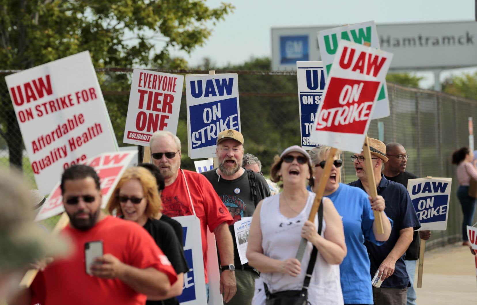 Près de 50 000 salariés américains syndiqués de GM sont en grève et réclament entre autres des hausses de salaire.