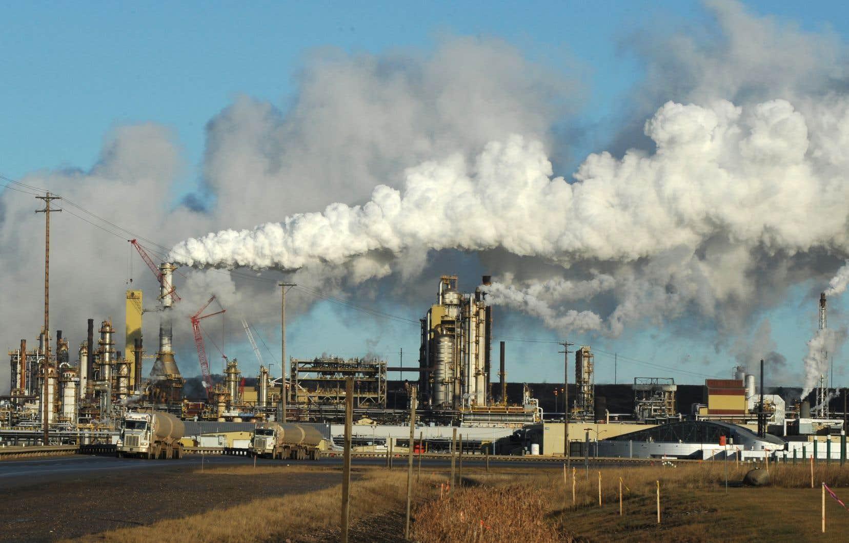 En 2017, les émissions de CO2 du Canada étaient de 15,6 tonnes per capita.