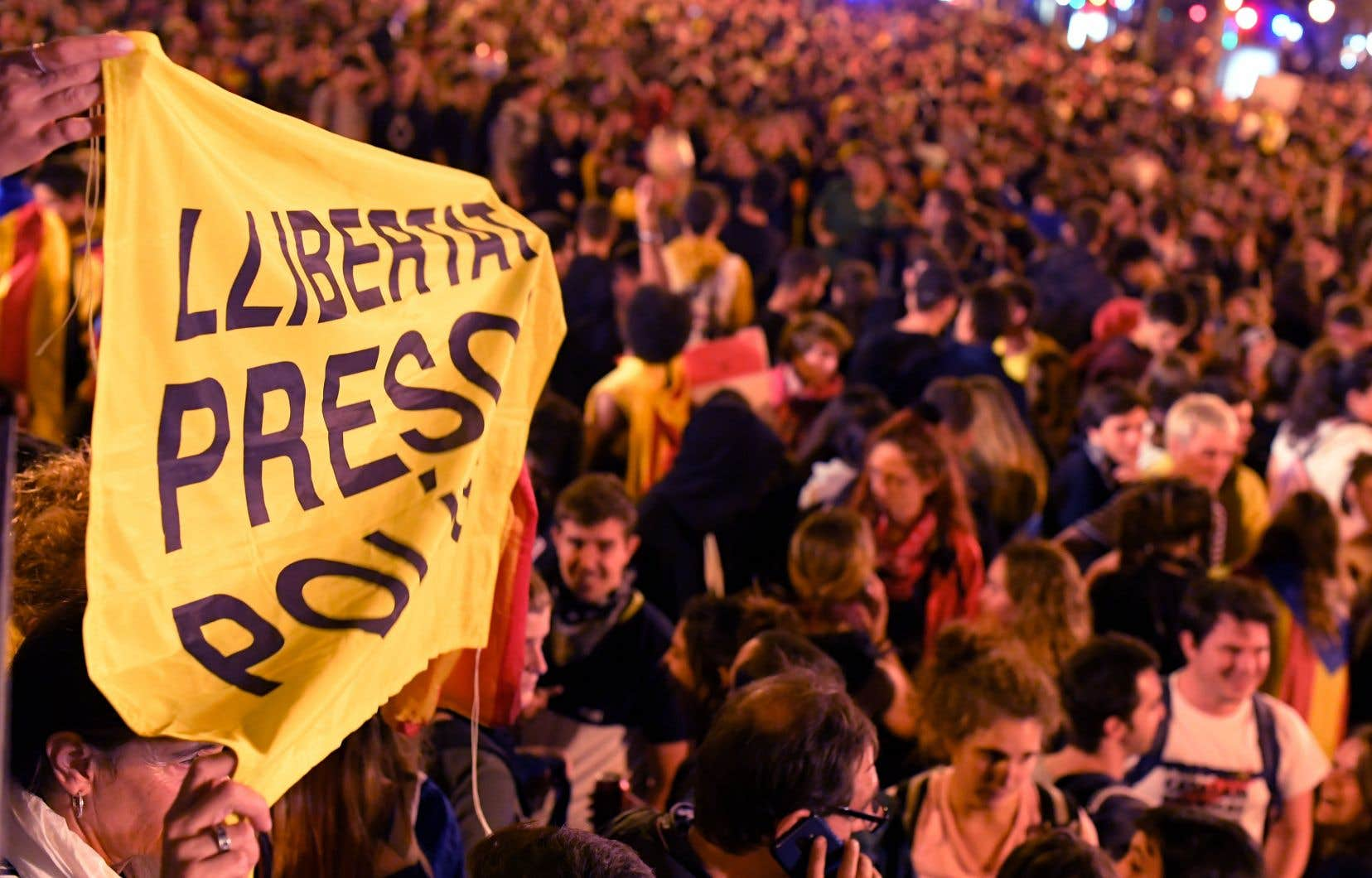 Des militants indépendantistes ont brandi une banderole demandant «la liberté pour les prisonniers politiques», lors d'une quatrième journée de manifestation, jeudi, à Barcelone.