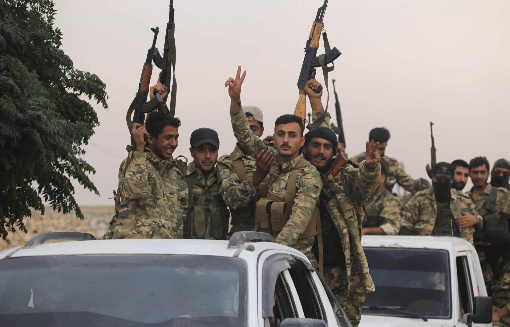 Un convoi de l'armée Free Syria est sur le point de traverser la Turquie près de la ville d'Azaz, en Syrie, mercredi dernier.