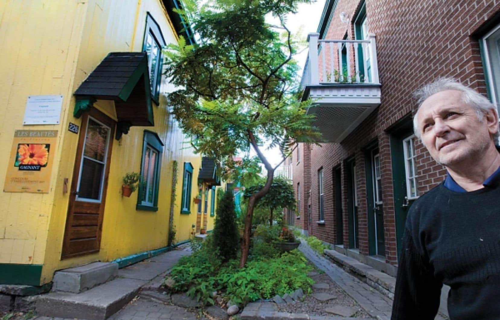 Andr&eacute;&nbsp;Brisebois&nbsp;habite dans la rue Henri-Julien, aux abords de la petite rue Demers, sur le Plateau-Mont-Royal. L&rsquo;art&egrave;re n&rsquo;est pas une authentique ruelle puisqu&rsquo;elle porte un nom, et qu&rsquo;une maison ancestrale y affiche fi&egrave;rement une adresse.<br />