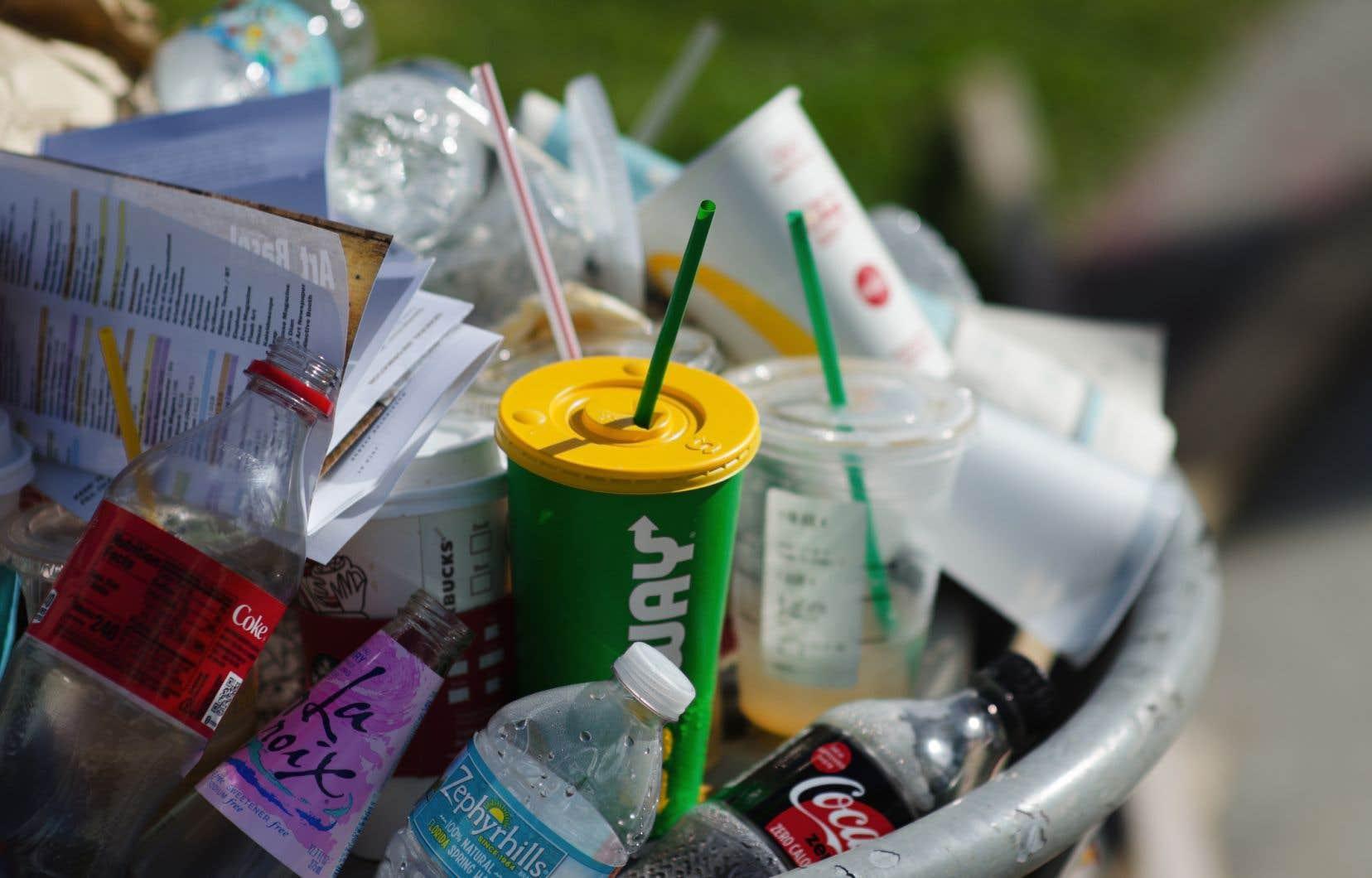 Chaque Montréalais produit en moyenne 465 kg de déchets par année, mais à l'heure actuelle, plus de la moitié de ces matières résiduelles sont acheminées dans les sites d'enfouissement.