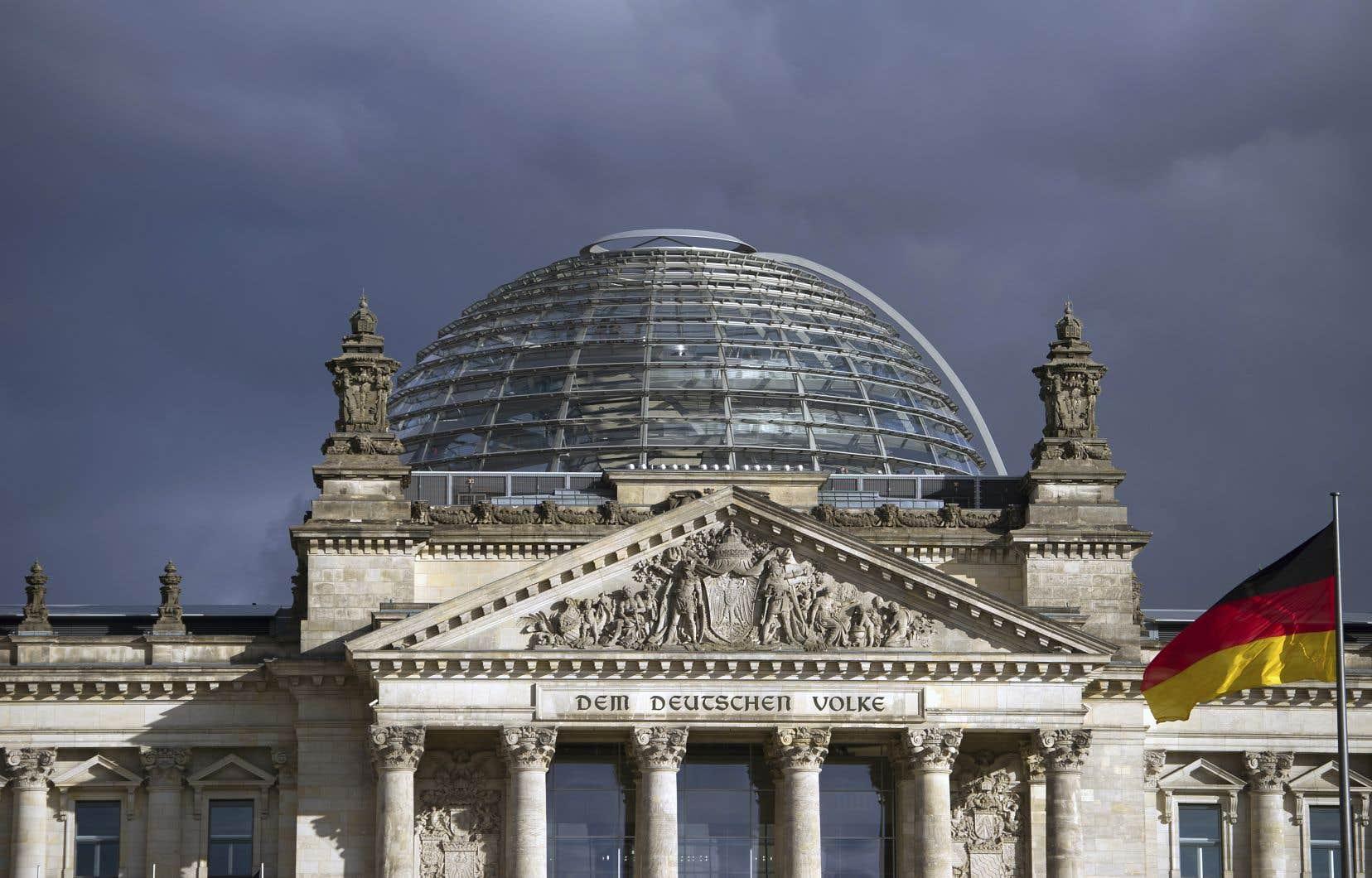 L'Allemagne se rapproche pour la première fois en neuf ans d'une récession, à savoir deux trimestres consécutifs de baisse du PIB. Sur la photo, le palais du Reichstag, siège du parlement allemand, à Berlin.