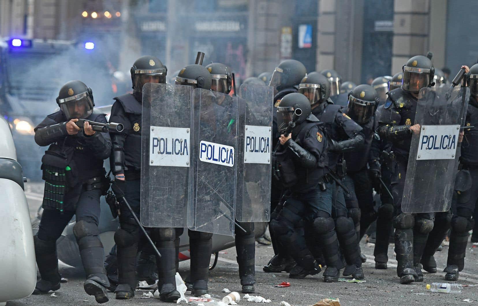 Les policiers antiémeutes ont tiré des balles en caoutchouc et du gaz lacrymogène en réponse à des objets lancés par certains manifestants.