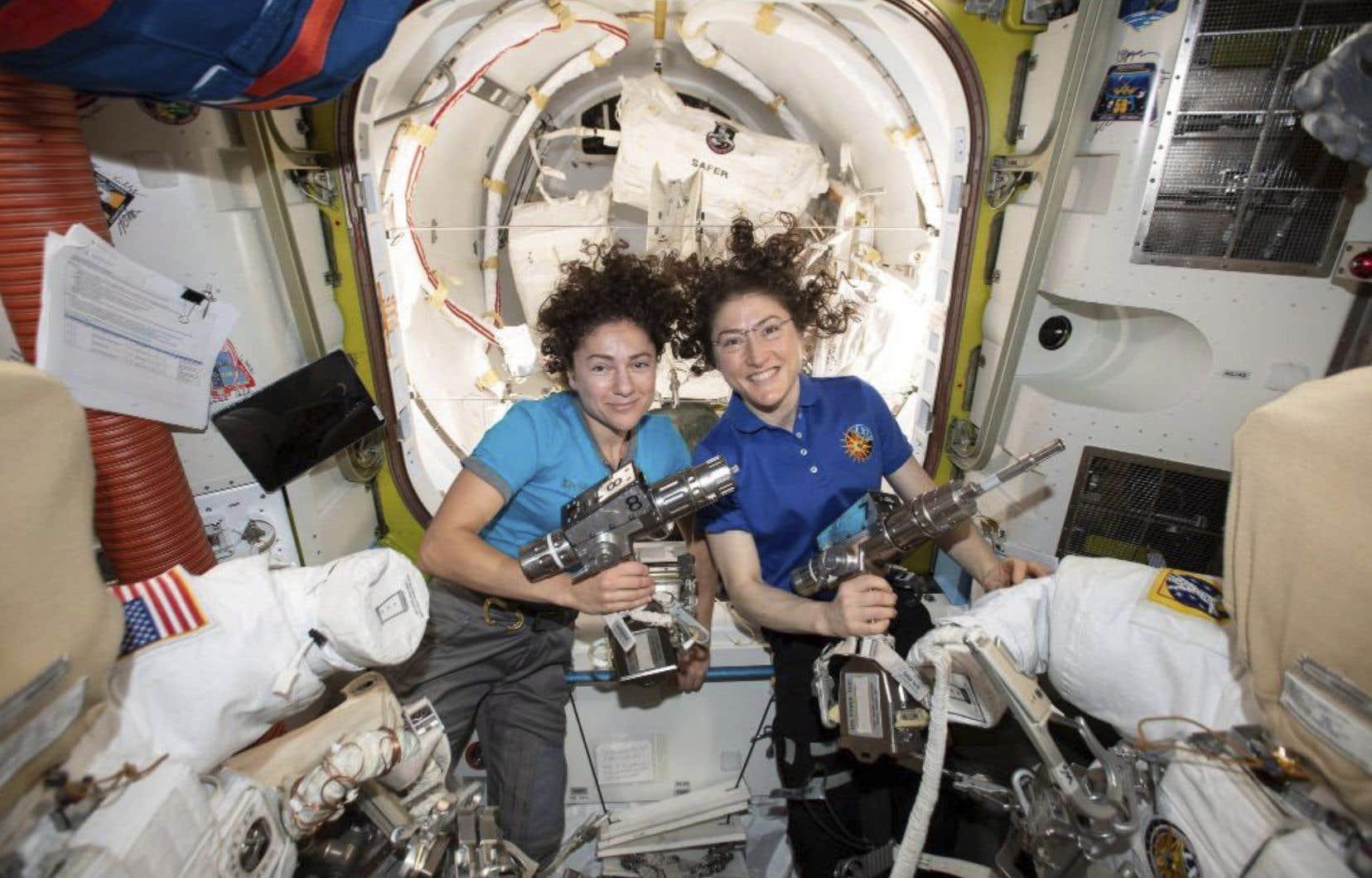 Jessica Meir etChristina Koch à la veille de leur sortiede la Station spatiale internationale pour effectuer une réparation.