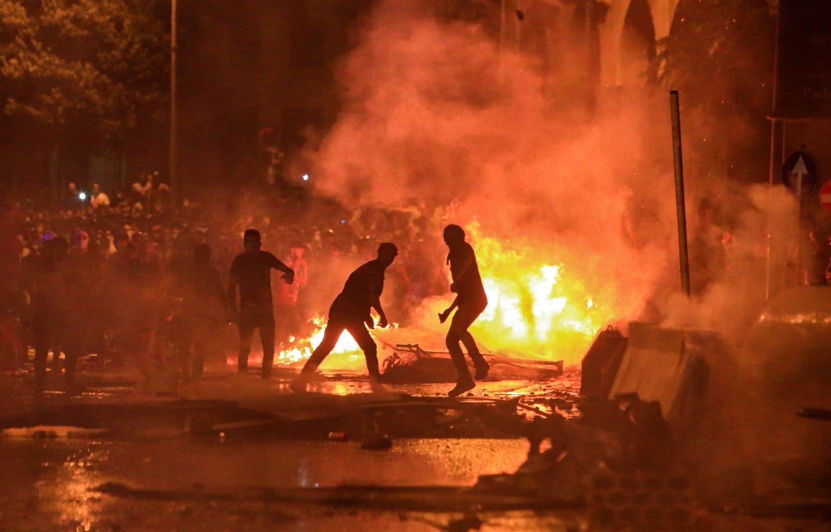 Des manifestants ont mis le feu à des pneus sur la place Riad al-Solh, dans le centre-ville de Beyrouth.
