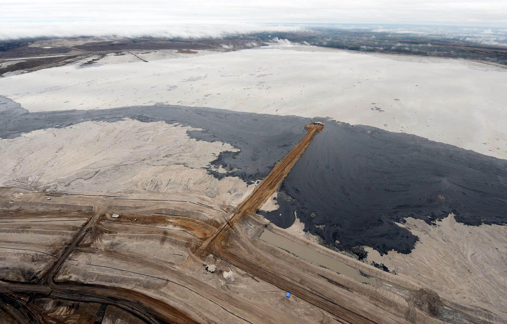 Le secteur pétrolier et gazier, déjà le plus lourd émetteur au Canada, prévoit une croissance continue de la production au pays jusqu'en 2040. Sur la photo, une exploitation de sables bitumineux en Alberta.