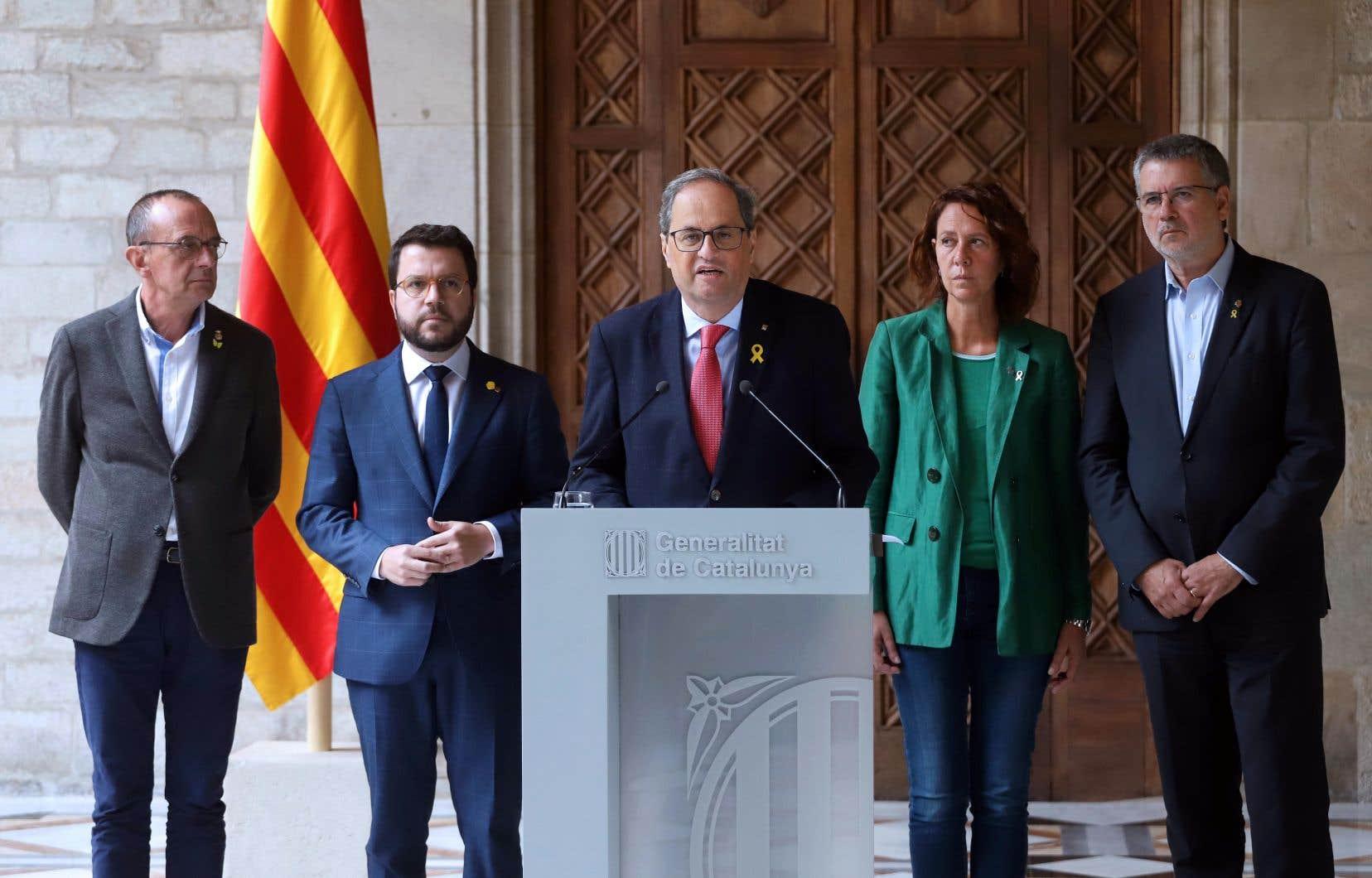 En exigeant des négociations «sans conditions», Quim Torra (au centre) veut que la question d'un référendum d'autodétermination, dont Madrid ne veut pas entendre parler, puisse être abordée.