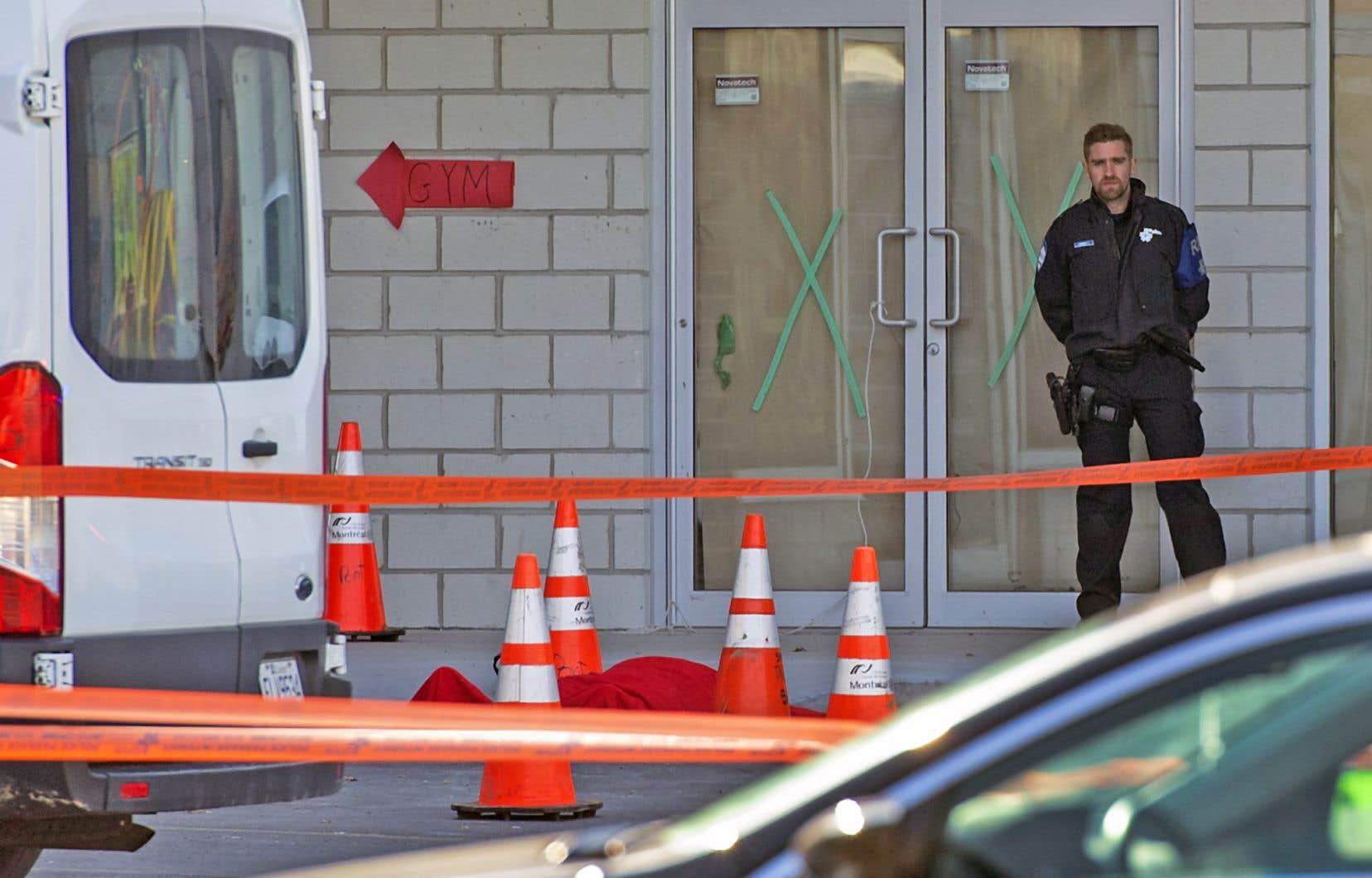 Des citoyens ont découvert un corps tôt hier matin devant un commerce du boulevard Saint-Jean.