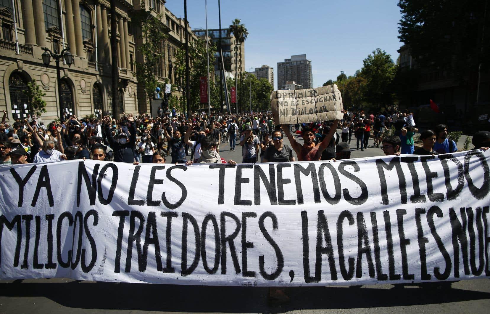 Des Chiliens ont manifesté pour une quatrième journée consécutive, lundi.