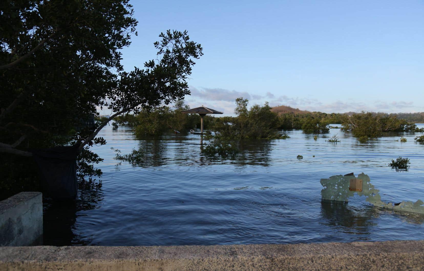 L'affaissement de l'île pourrait provoquer des infiltrations d'eau et davantage d'inondations. Une situation à laquelle s'ajoute la submersion marine en cours, due «aux changements globaux et au réchauffement climatique»