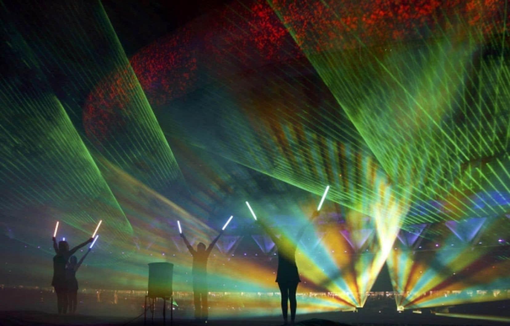 Effets pyrotechniques, rayons laser, musique, le spectacle de clôture des Jeux du Commonwealth, à New Delhi, était haut en couleurs.<br />