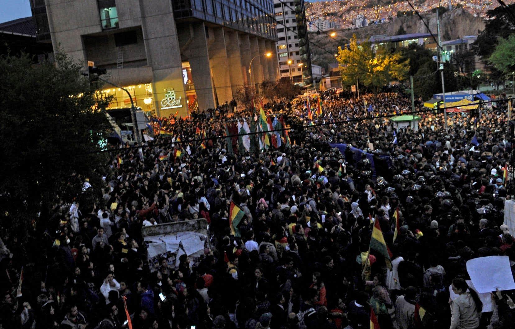 La décision de M. Morales de briguer un quatrième mandat, alors que les électeurs s'étaient prononcés contre lors d'un référendum en 2016, est très mal vue par une partie des Boliviens et critiquée par l'opposition, qui estime que le régime pourrait tourner à l'autocratieen cas de nouvelle victoire .