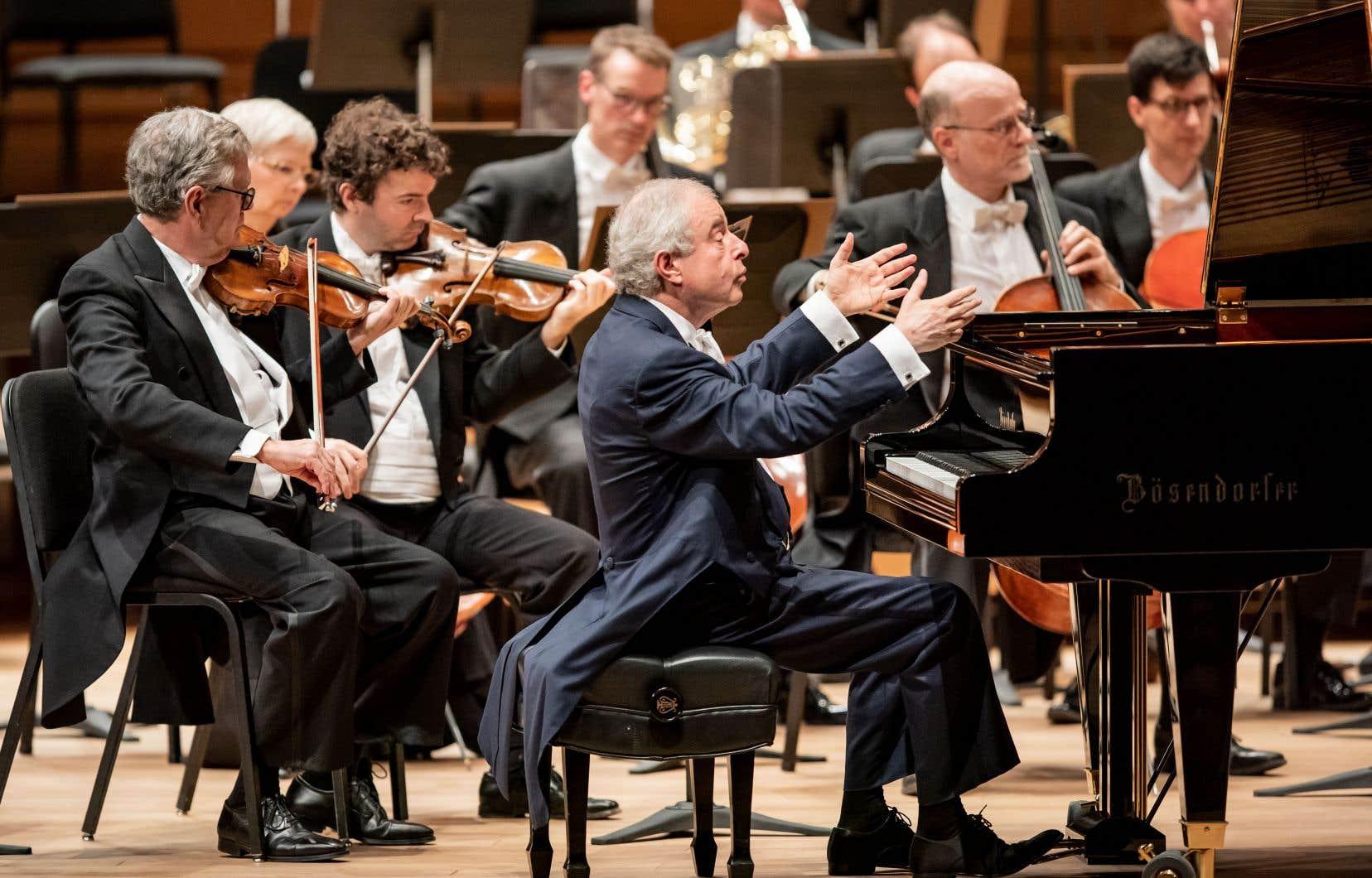 András Schiff partage la scène avec un orchestre, qu'il dirige, selon le titre du concert.