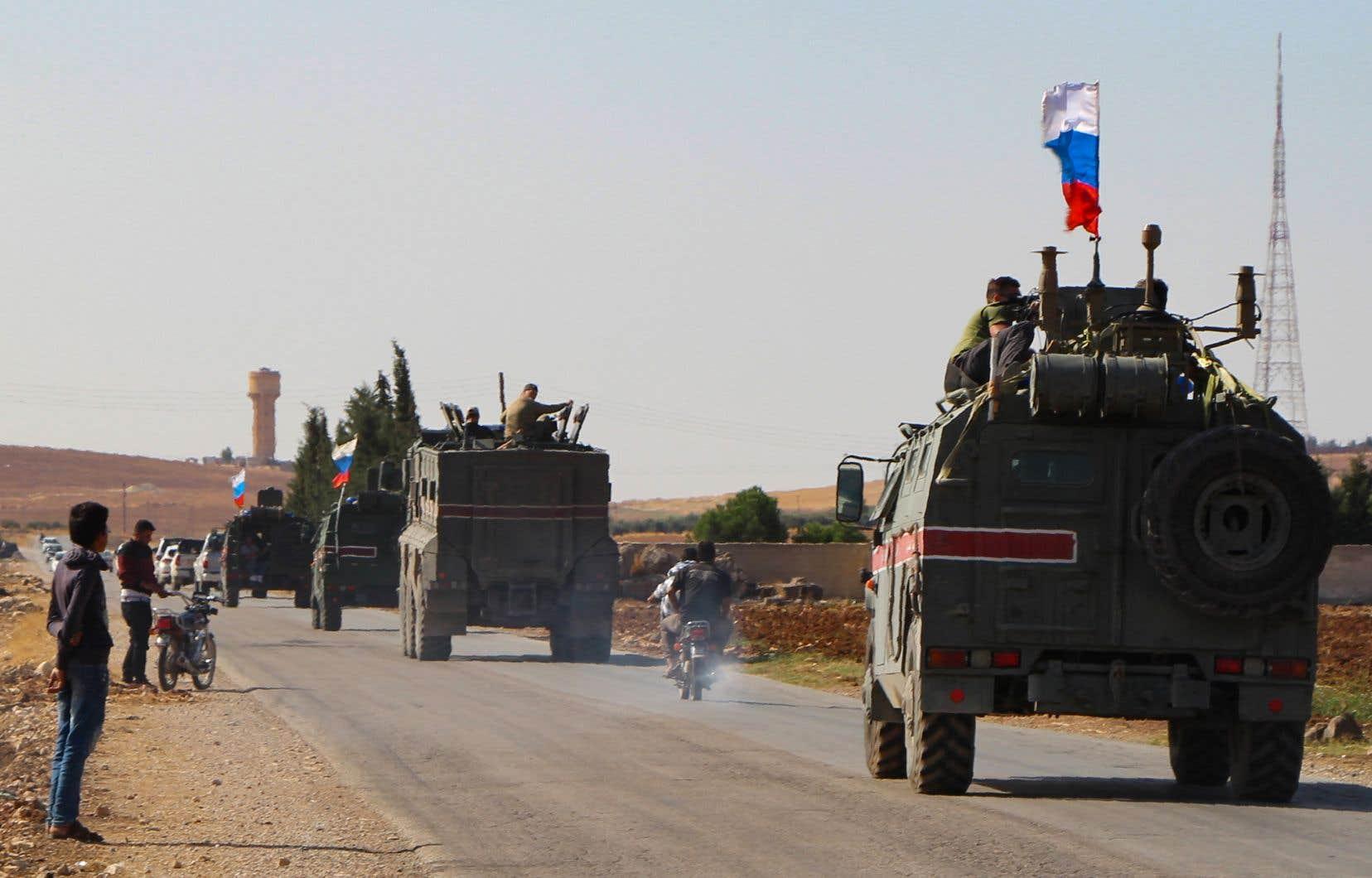 Les forces russes ont effectué mercredi leurs premières patrouilles dans le nord de la Syrie, dans le cadre d'un accord russo-turc sur le retrait des forces kurdes. Dans la ville frontalière de Kobané, un correspondant de l'AFP a vu en début de soirée plusieurs véhicules blindés arborant des drapeaux russes.