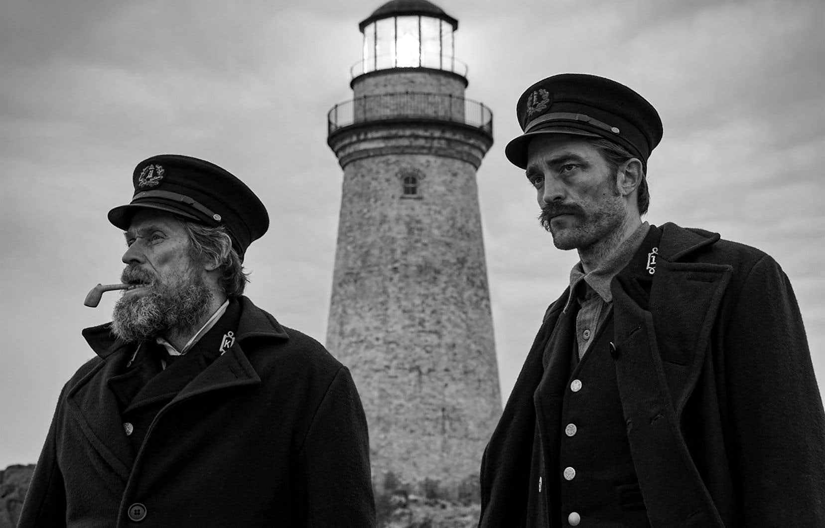 Robert Pattinson (à droite) est excellent dans le rôle de Winslow tandis que Willem Dafoe fait ce qu'il peut pour insuffler une cohésion à son personnage de Wake, réduit à une parodie de marin bourru à la parlure truculente.