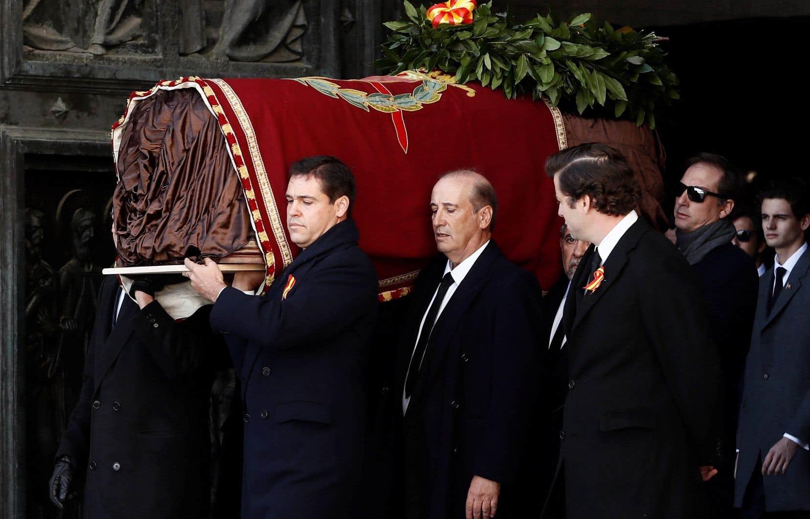 Peu avant 13h, le cercueil du dictateur a été sorti de l'imposante basilique creusée dans la roche du mausolée du <em>Valle de los Caidos</em>, porté par huit membres de sa famille.
