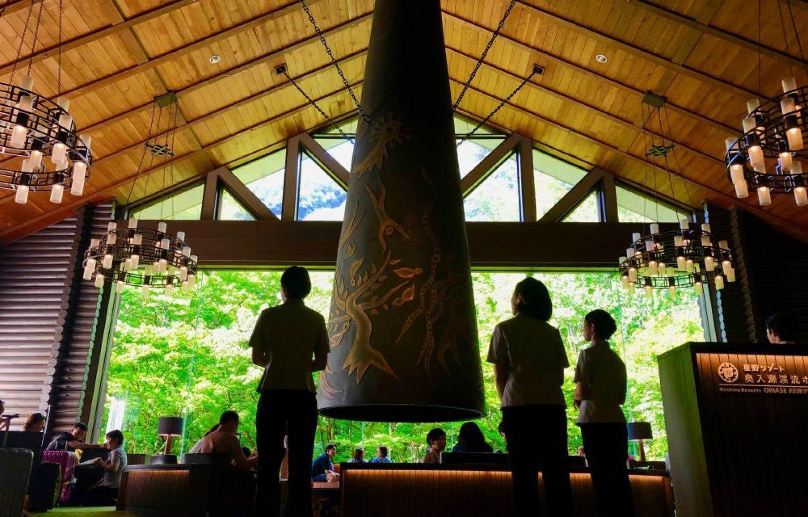 Nature et cheminée de bronze dans un salon de l'hôtel Oirase Keiryu.