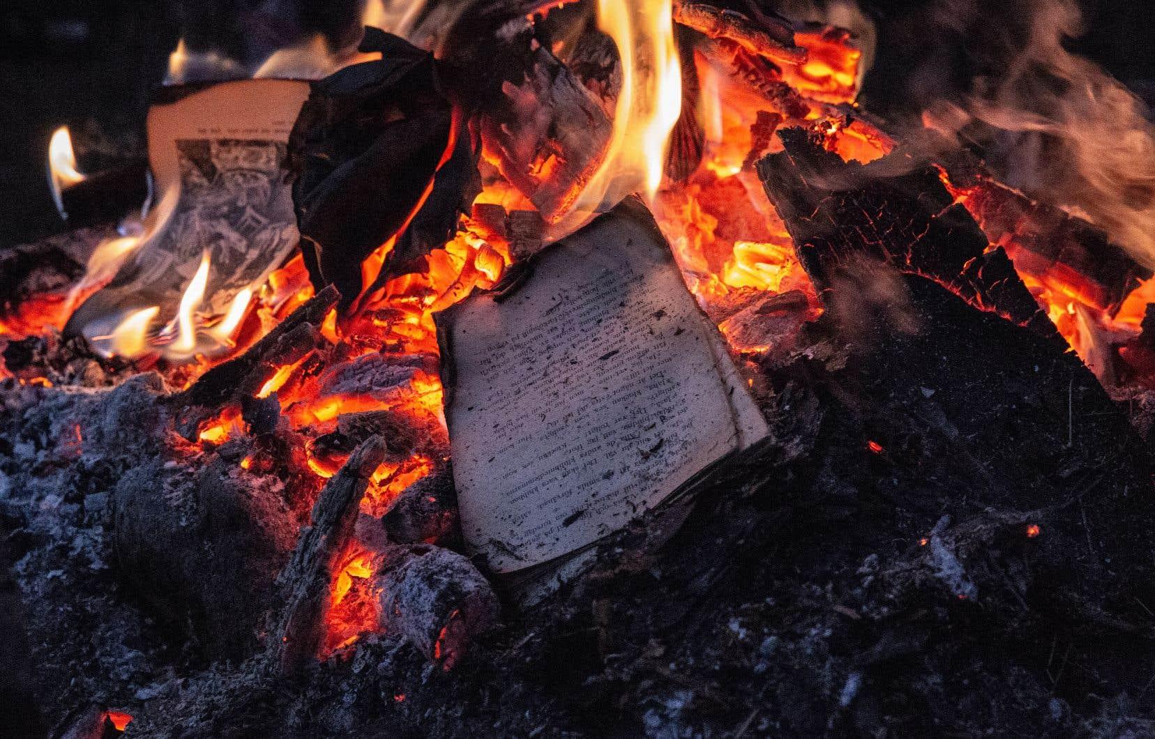«Le livre existe en exemplaire physique, on ne peut pas le mettre à jour, il n'est pas connecté en ligne, il peut être brûlé, et toute sa force est là», résume le professeur de littérature Duncan White, de l'Université Harvard.