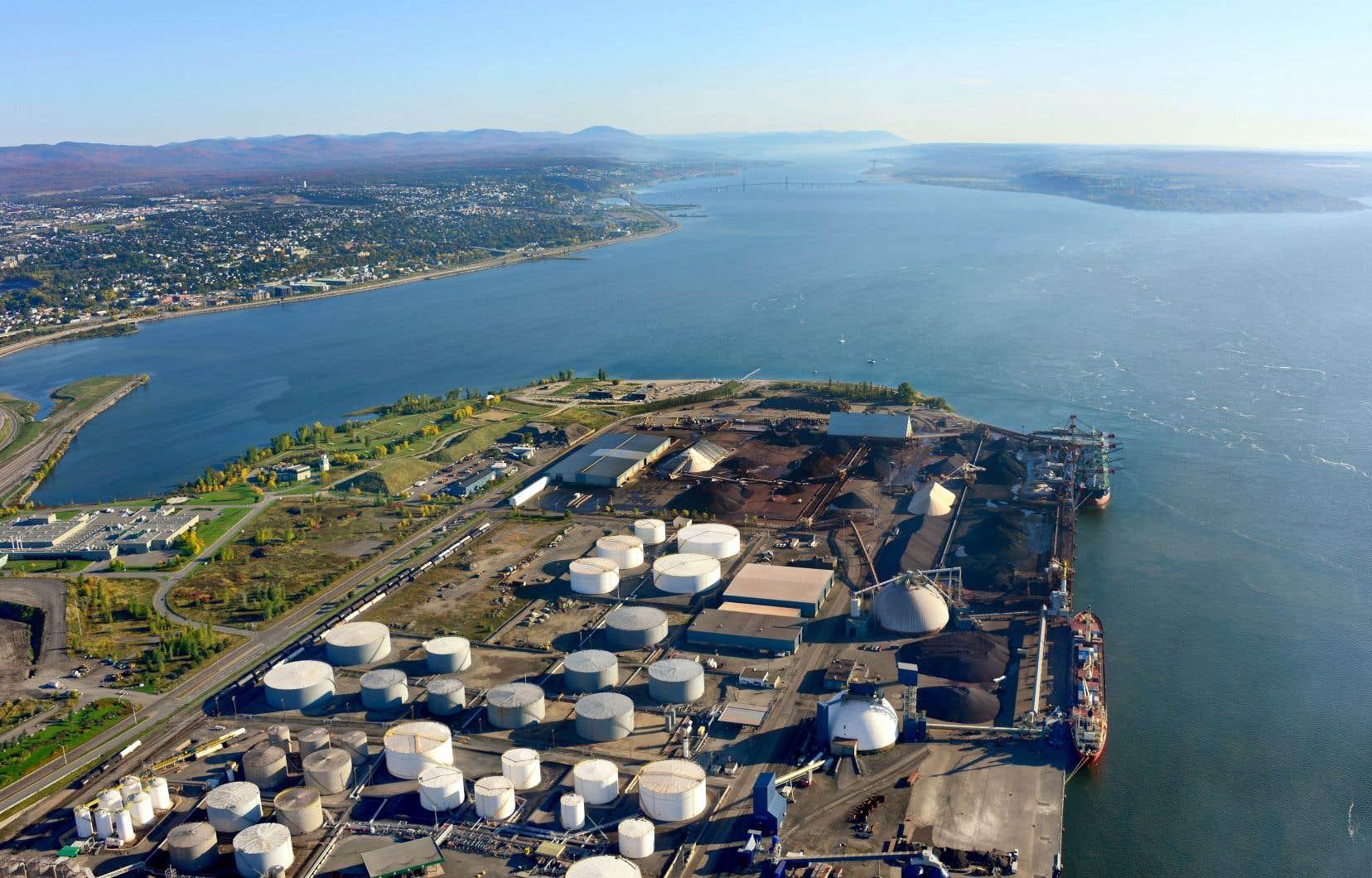 Le Port de Québec (sur la photo) et la Compagnie d'arrimage de Québec sont attaqués en justice pour les «troubles et inconvénients anormaux» subis par les citoyens des environs en raison des «quantités importantes» de poussière et de contaminants qu'ils génèrent depuis 2010.