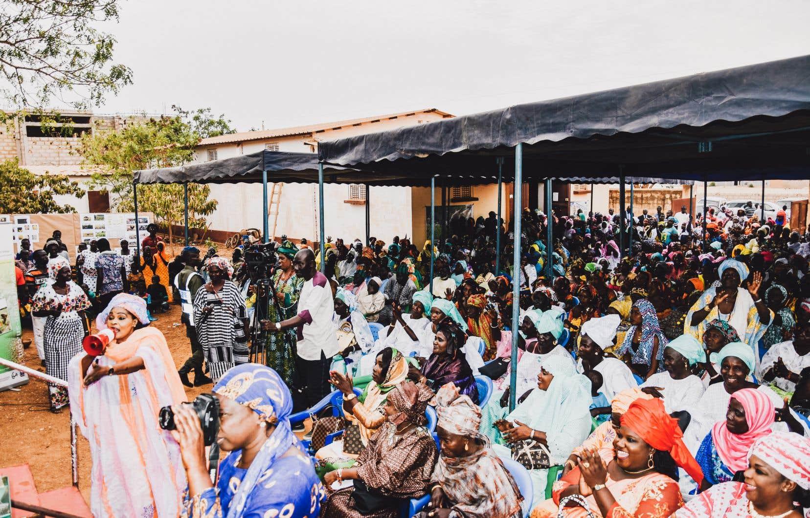 Des centaines de Sénégalaises manifestent leur joie lors de la cérémonie de lancement du projet Goutte à goutte. Cette forte mobilisation est le symbole d'un regain d'espoir pour ces agricultrices que  les changements climatiques ont conduites  à abandonner leurs terres depuis 2015.