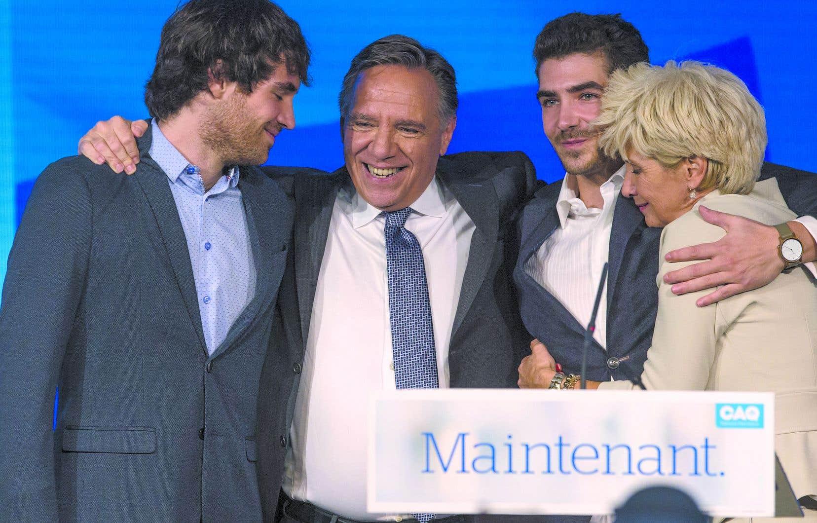 François Legault entouré de sa famille le jour de son élection.