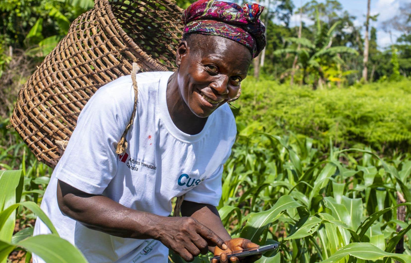 L'application Champs au bout des doigts donne accès à des données météo en temps réel aux agricultrices et agriculteurs camerounais.