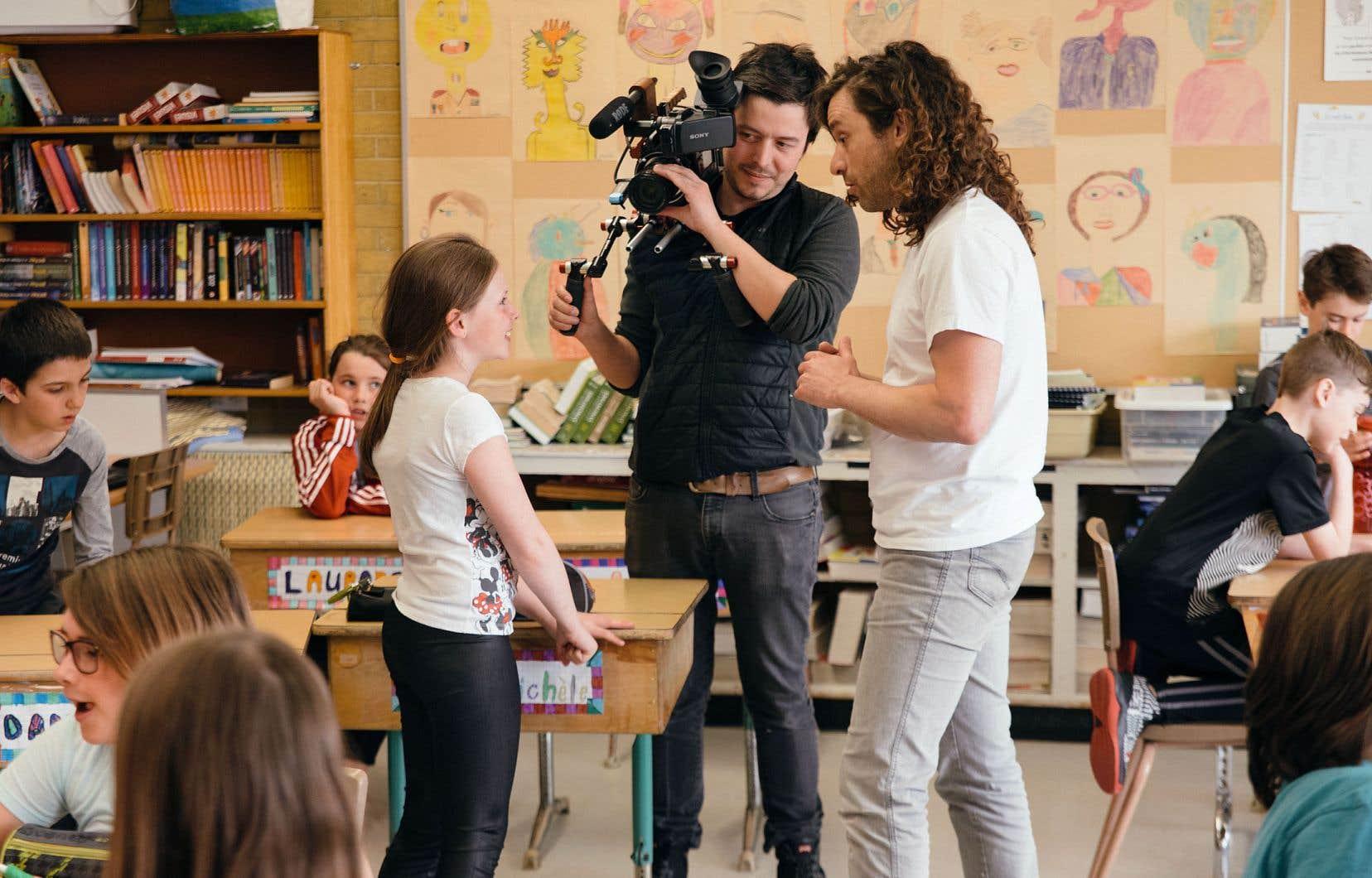 Des enfants de différents milieux socio-économiques ont discuté avec Alexandre Castonguay devant la caméra de Dominic Leclerc.