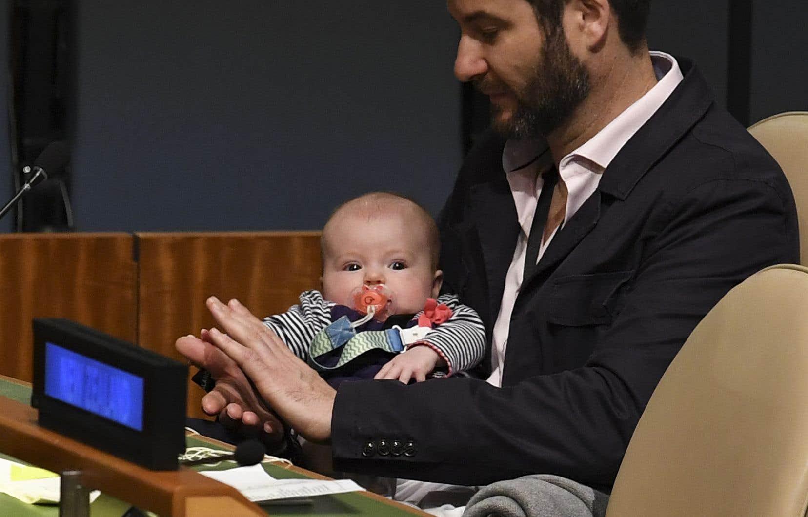 En couple avec l'une des femmes les plus influentes de la planète, la première ministre de la Nouvelle-Zélande Jacinda Arden, Clarke Gayford a pris en charge les soins du nouveau bébé quand la cheffe d'État est retournée au boulot après six semaines de congé de maternité.