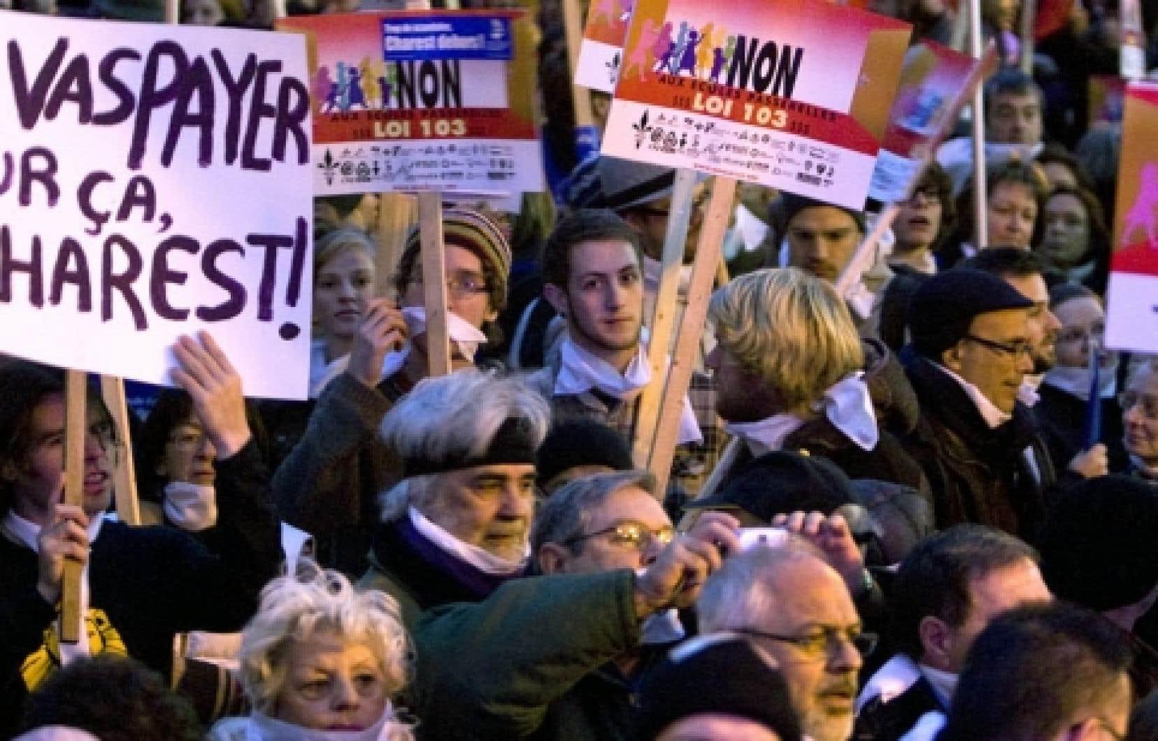 &laquo;Fran&ccedil;ais! Fran&ccedil;ais! Fran&ccedil;ais!&raquo;, ont scand&eacute; quelques milliers de personnes mass&eacute;es devant le bureau montr&eacute;alais du premier ministre Jean Charest.<br />