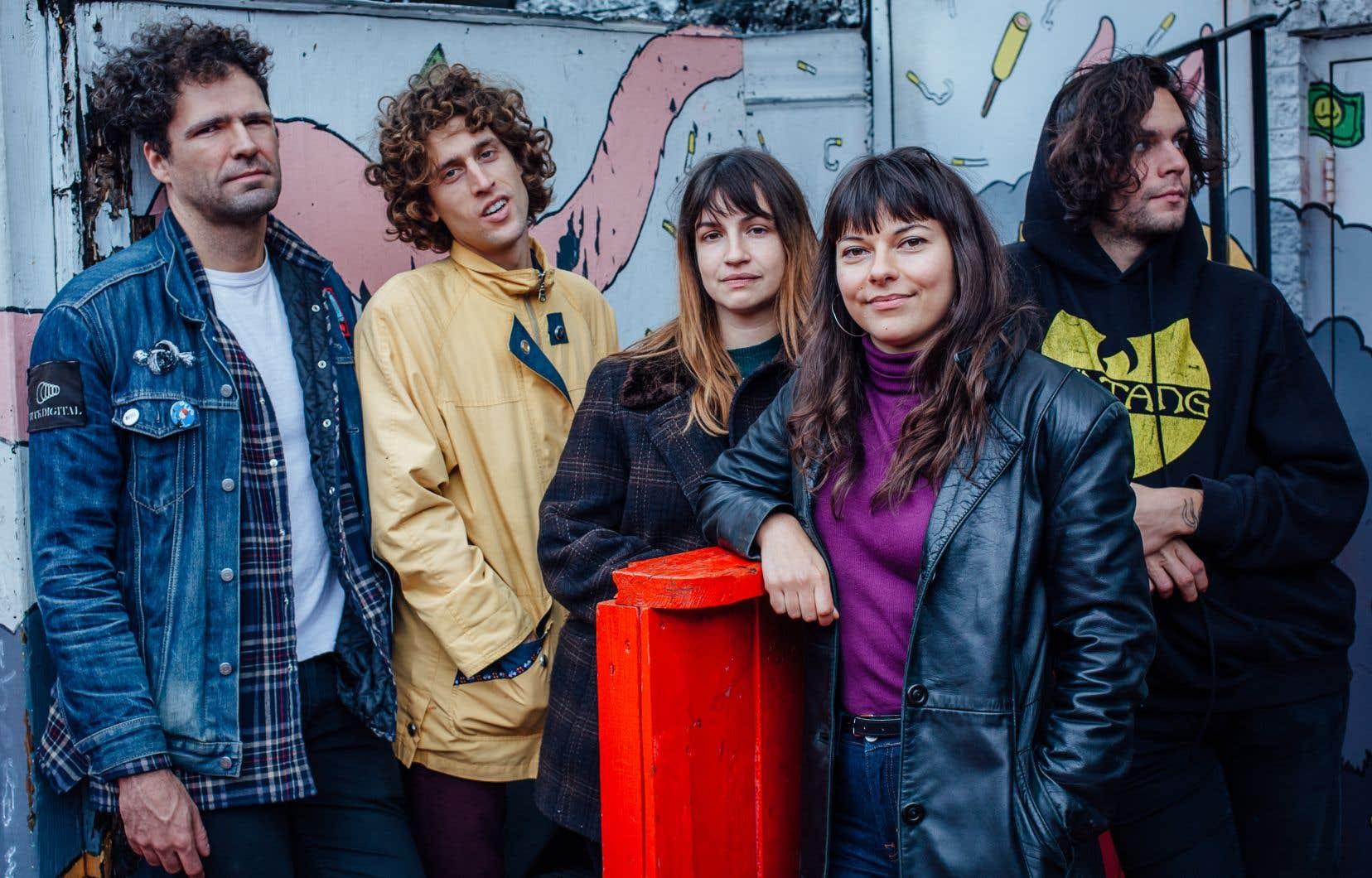 Le groupe  Bon Enfant  est composé  de Daphné Brissette  (au centre),  Mélissa Fortin, Étienne Côté (2e à gauche), Guillaume Chiasson  (à gauche)  et Alex Burger (à droite).