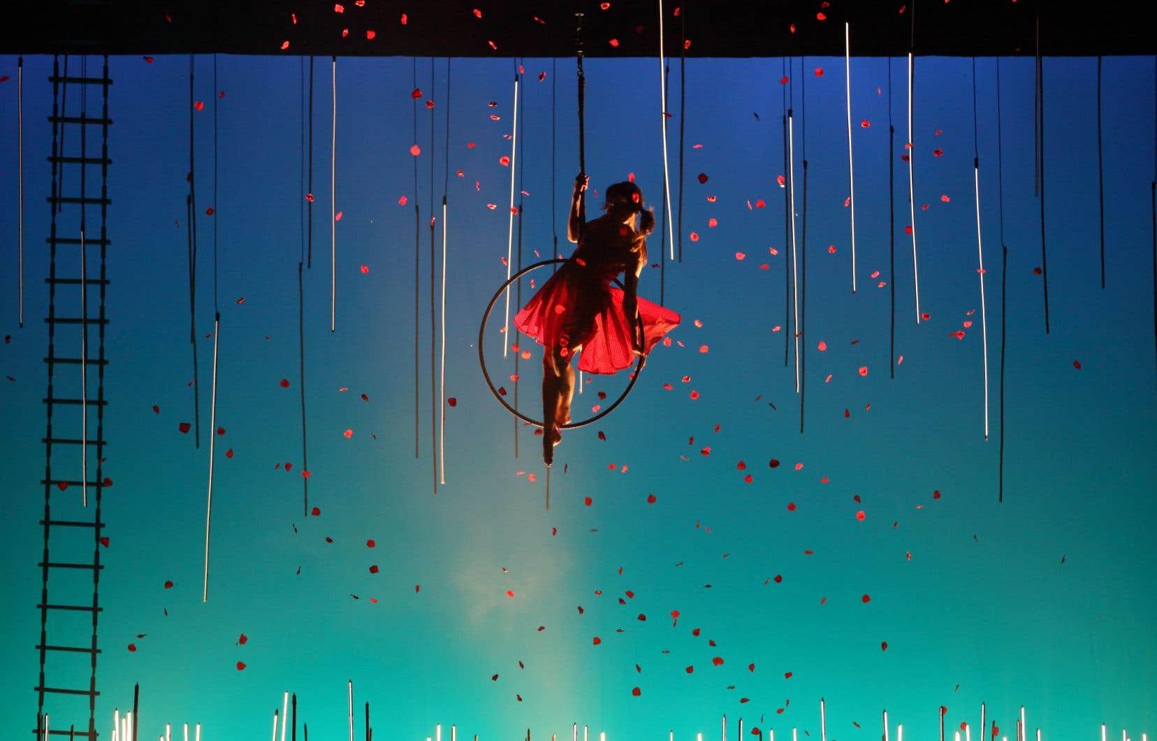 Cette production, dont Finzi Pasca signe le texte et la mise en scène, déploie une candeur assumée, extrêmement émouvante: comme un pas de côté, sur fond d'une riche trame musicale qui invite à contempler ces corps.