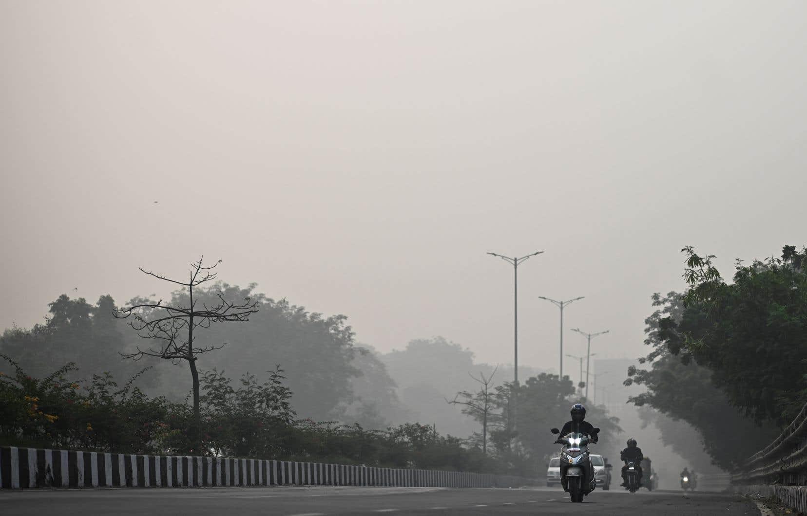 Depuis plusieurs jours, une épaisse fumée âcre enveloppe la capitale de l'Inde.