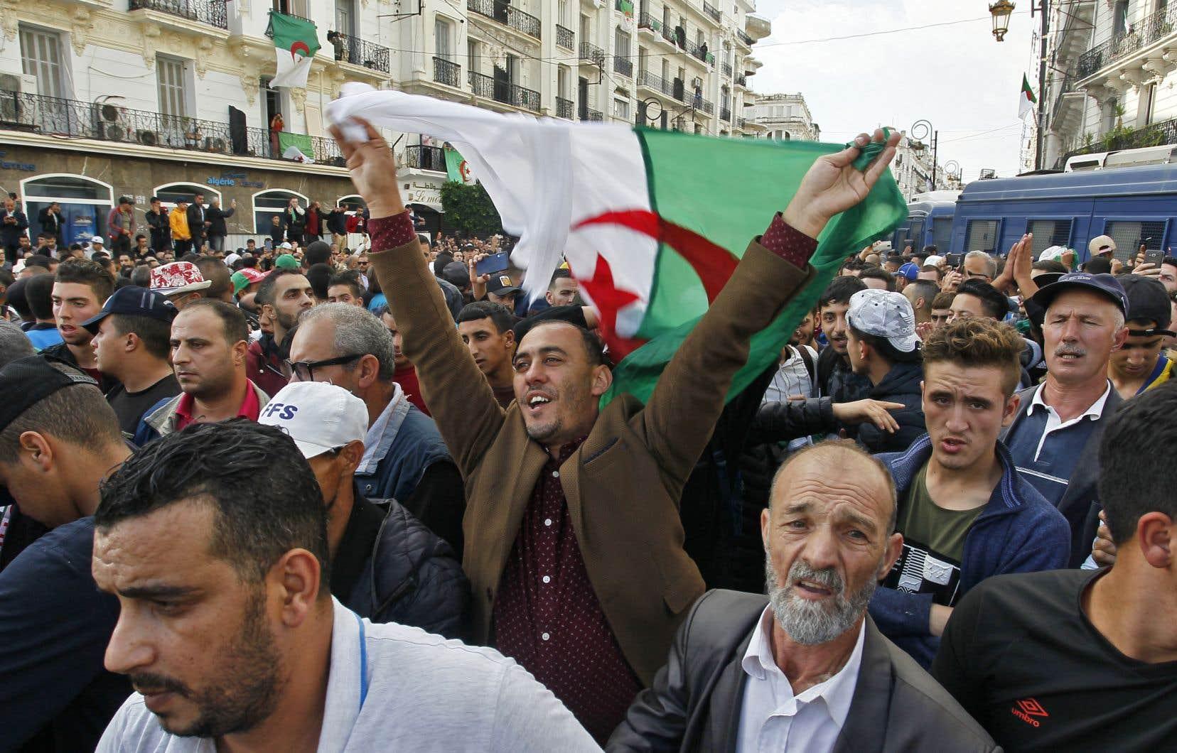En ce 37e vendredi consécutif de manifestation, la mobilisation est semblable à celle constatée au plus fort du mouvement de contestation qui secoue l'Algérie depuis le 22 février.
