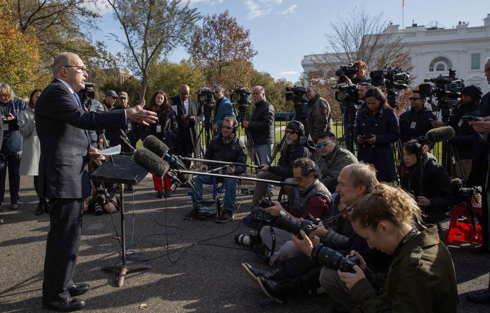 Le conseiller économique principal de la Maison Blanche, Larry Kudlow, s'entretient avec des journalistes à l'extérieur de la Maison-Blanche.