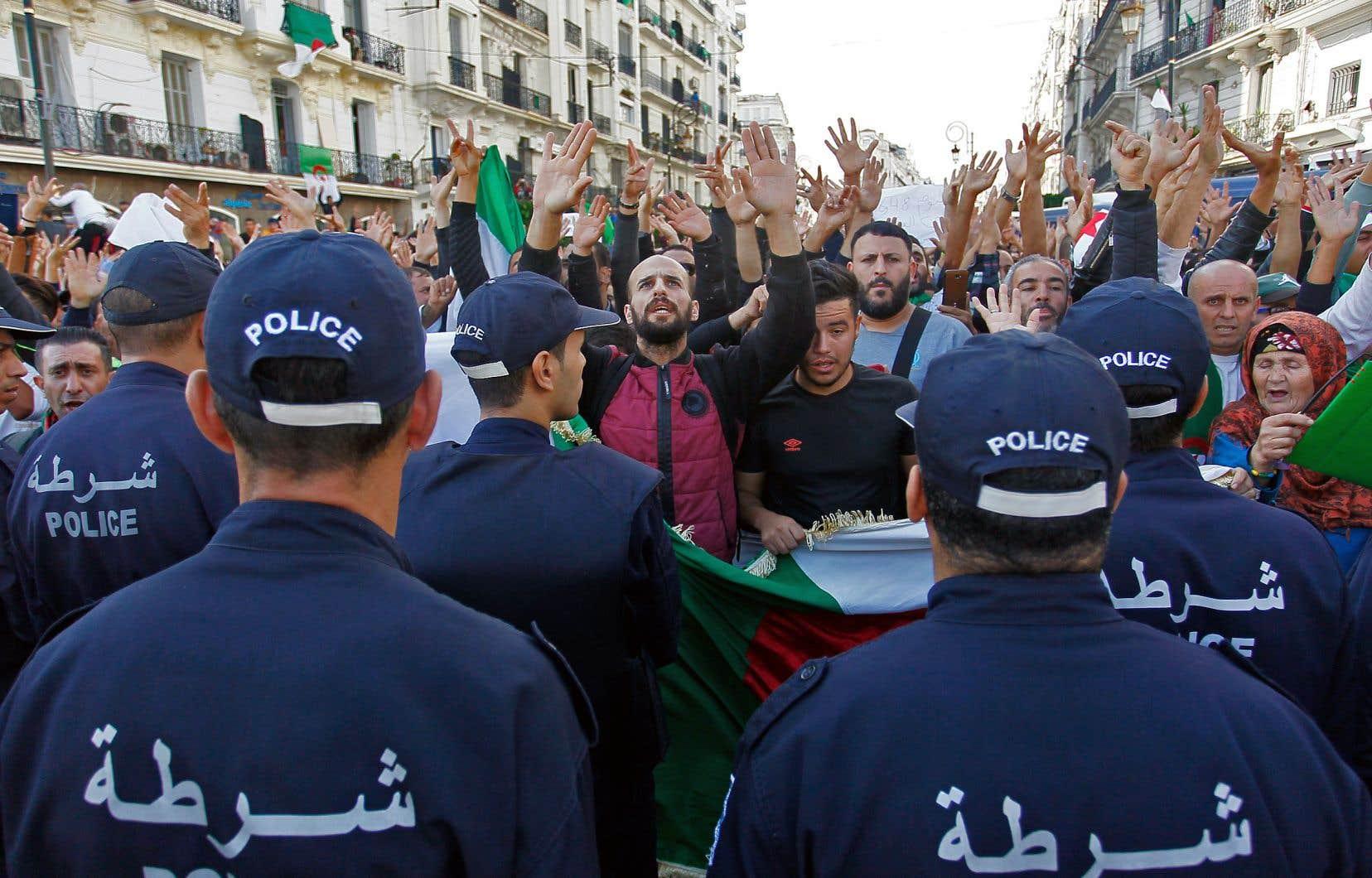 Des millions de personnes sont descendues dans les rues d'Alger vendredi pour réclamer le départ du régime en place et la construction d'une nouvelle Algérie, moderne et démocratique.