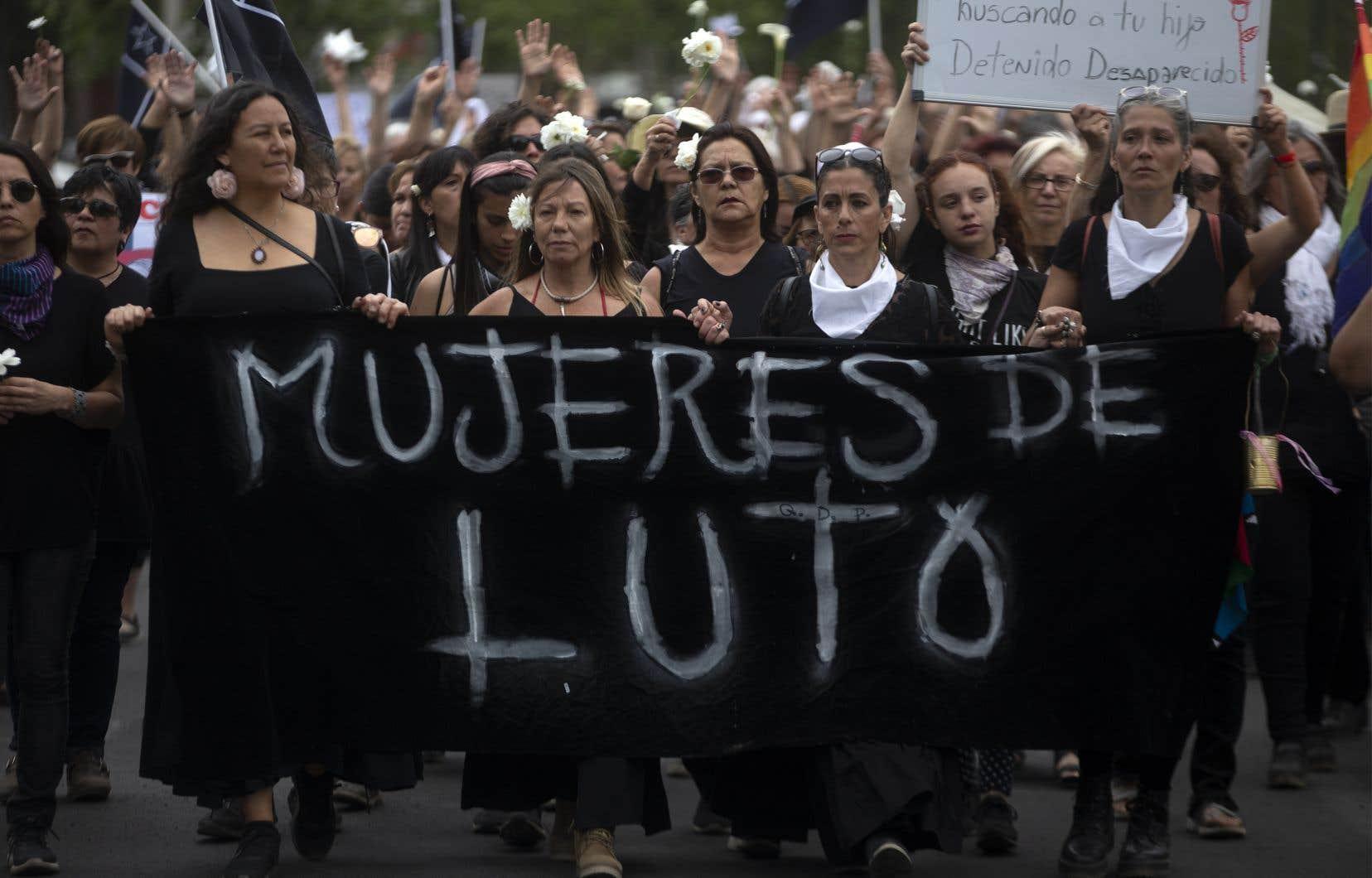 Plus d'un millier de femmes ont défilé dans les rues de Santiago pour rendre hommage aux personnes décédées dans la vague de contestation sociale qui secoue le pays depuis deux semaines.