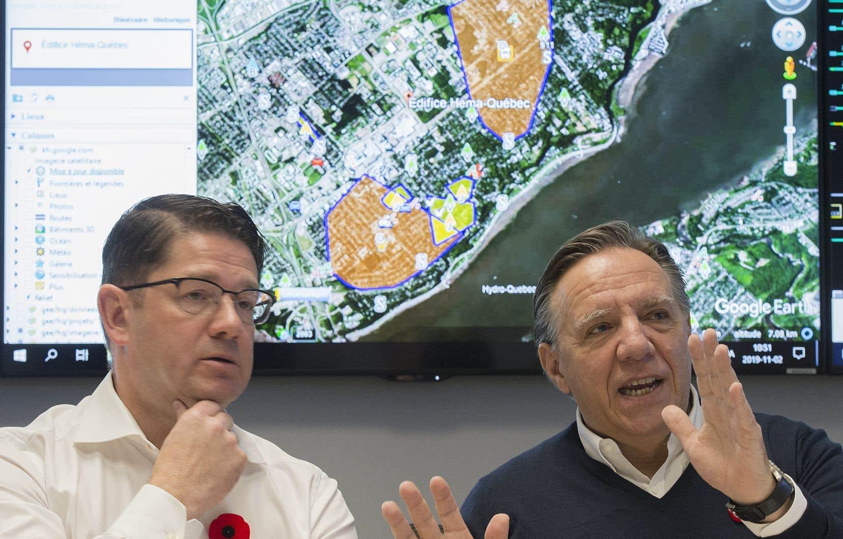 Le PDG d'Hydro-Québec Éric Martel et le premier ministre François Legault lors d'une conférence de presse samedi 2 novembre. Le premier ministre a parlé de «la pire situation depuis la fameuse crise du verglas de 1998».