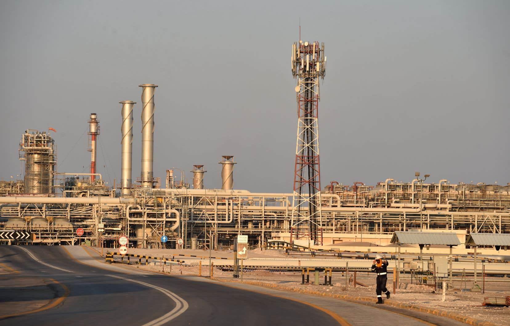 Aramco possède la quasi-intégralité des ressources en hydrocarbures d'Arabie saoudite et est la première compagnie pétrolière mondiale.