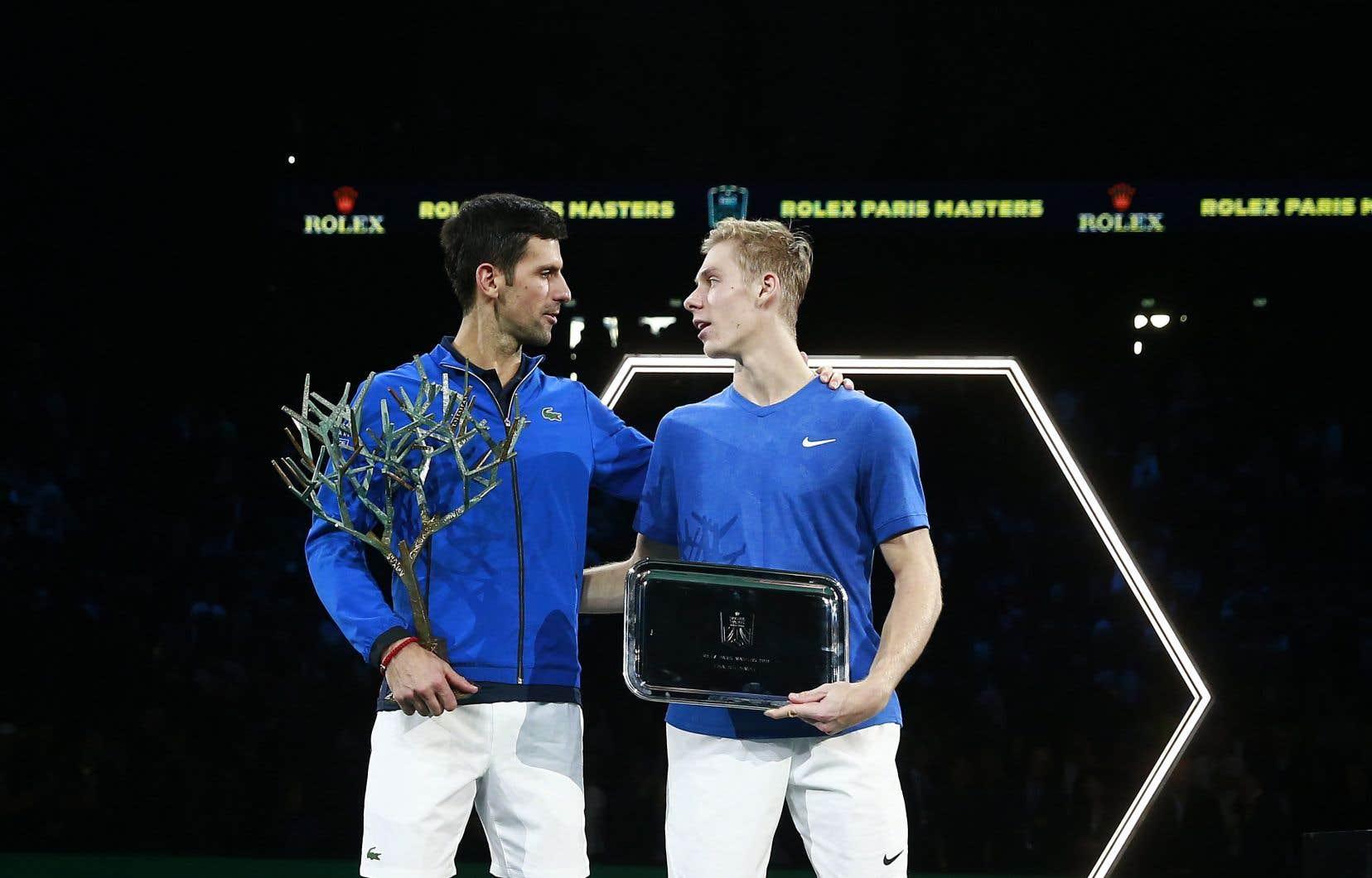 Le Canadien Denis Shapovalov (à droite) s'est incliné 6-3, 6-4 devant le no 1 mondial Novak Djokovic, dimanche.