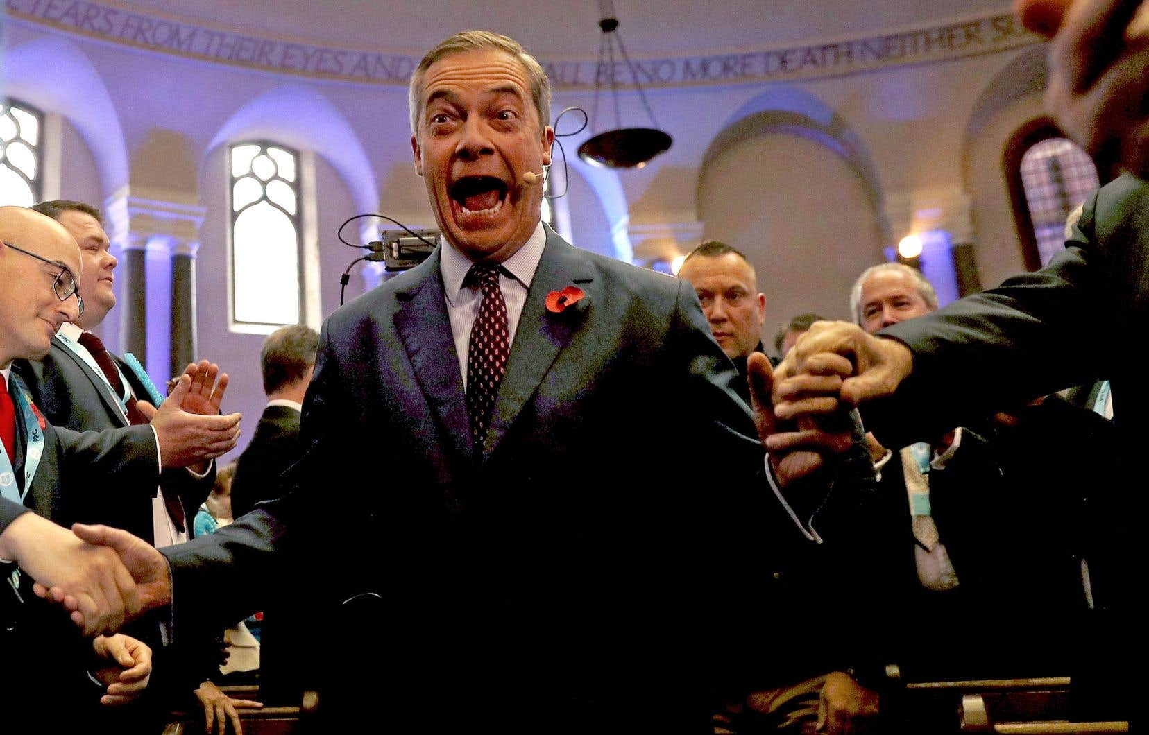 Le chef du Parti du Brexit, Nigel Farage, a été accueilli par des partisans enthousiastes lors d'une réunion d'investiture, lundi, à Londres.