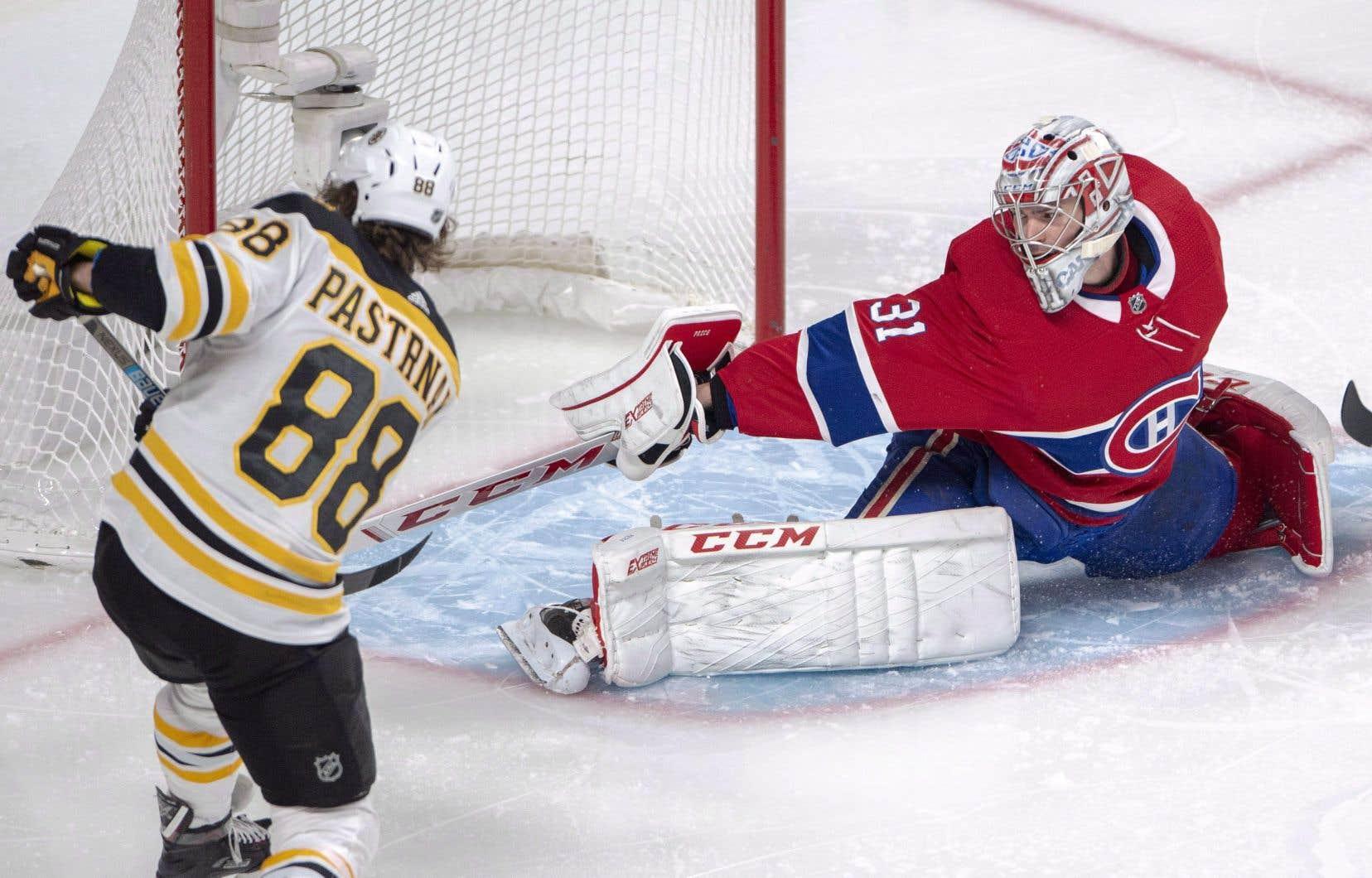 Carey Price résiste au lancer de l'attaquant des Bruins David Pastrnak.
