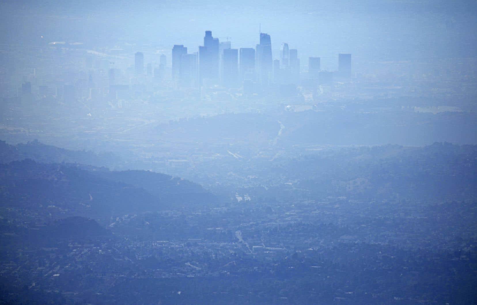 Le centre-ville de Los Angeles, vu de Pasadena, baignait dans un nuage de smog au milieu de la journée de mardi. La qualité de l'air a été qualifiée de «mauvaise» pour la santé des gens éprouvant des difficultés respiratoires par les autorités sanitaires.