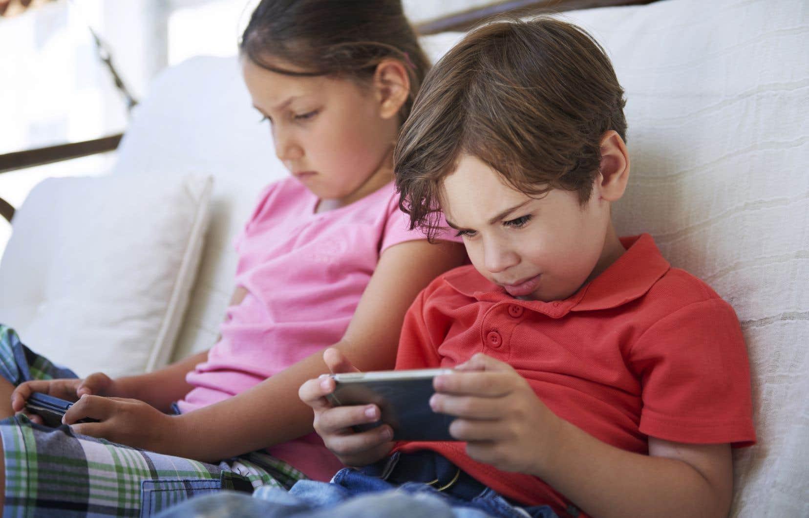 Les chercheurs ont constaté que plus un enfant consacrait de temps à un écran, plus il présentait des faiblesses au niveau de l'expression orale du langage, de la capacité à nommer rapidement des objets et de ses aptitudes émergentes de lecture et d'écriture.