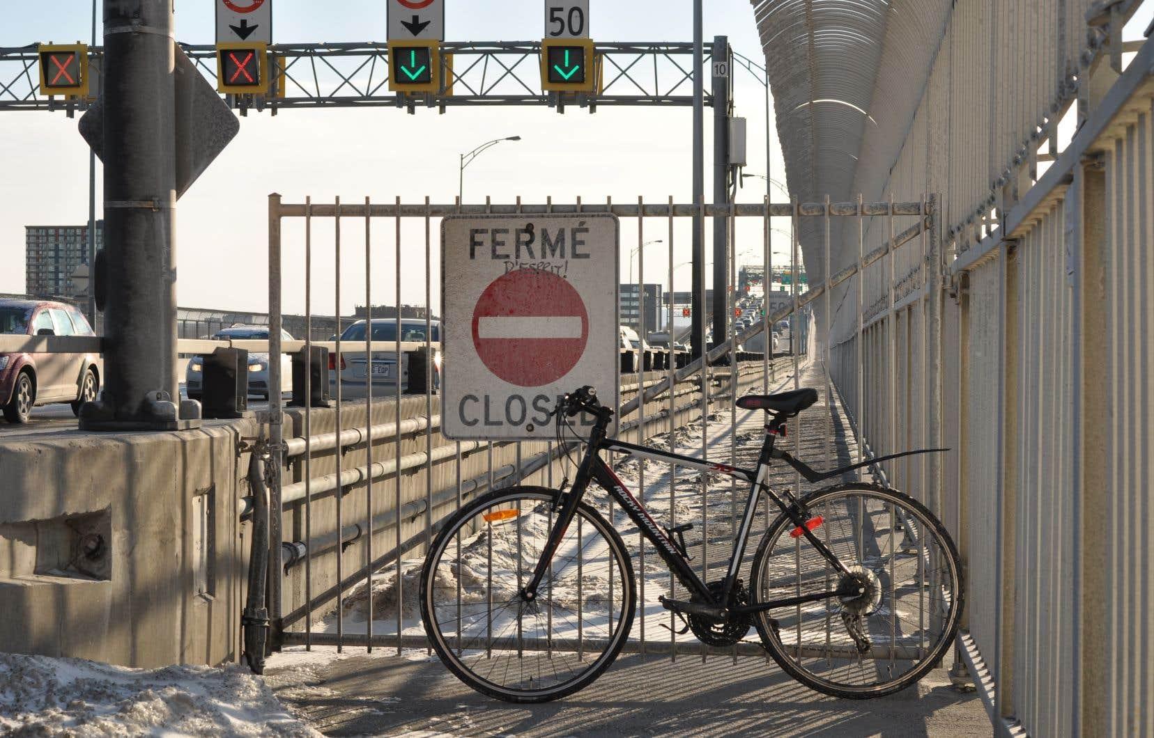 Des tests de déneigement avaient été réalisés à l'hiver 2017-2018, mais ils n'avaient pas permis d'assurer la circulation sécuritaire des vélos, selon la société responsable du pont.